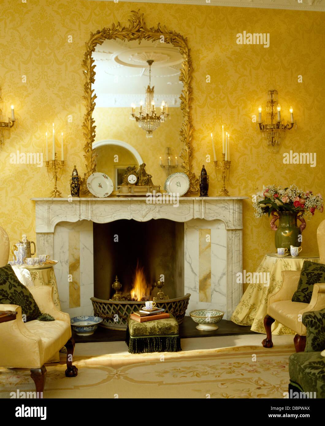 Antike vergoldete gerahmten Spiegel über dem Marmorkamin im ...