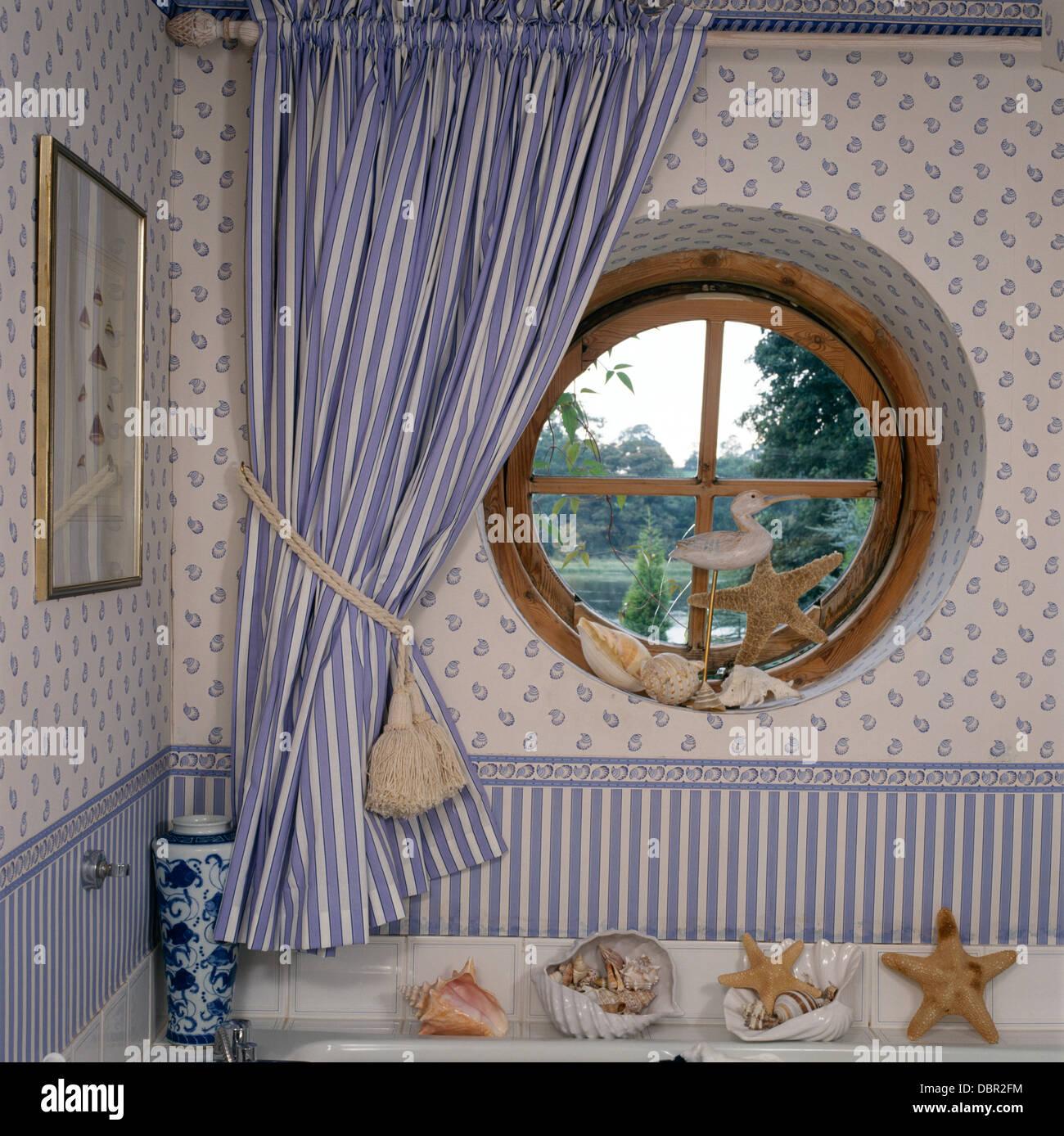 Kreisrundes Fenster Mit Blau Weiß Gestreiften Vorhang Im
