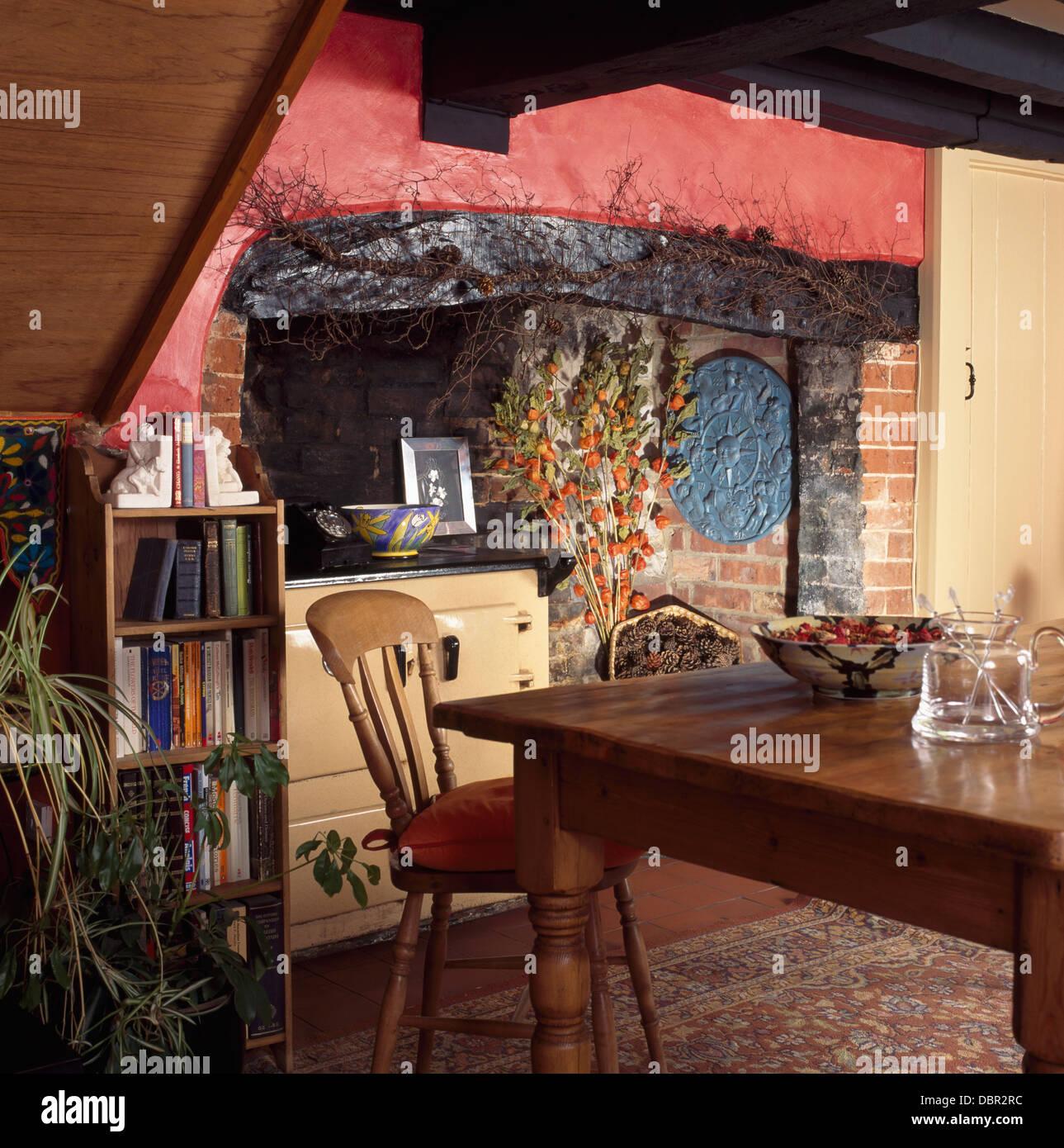 Kiefer Tisch und Stuhl in dunklem Rosa Cottage-Küche mit Holz ...