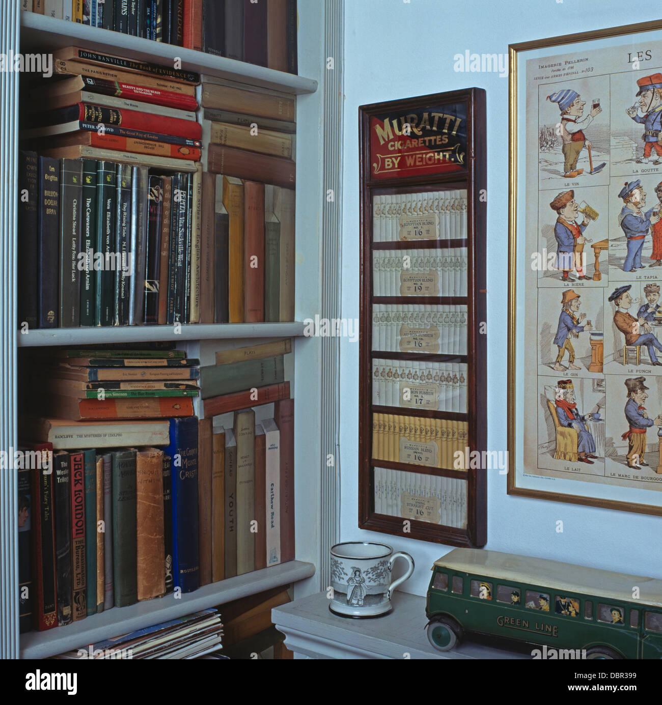 Bücher in den Regalen mit Trompe-l \' Buch Panels neben gerahmten ...