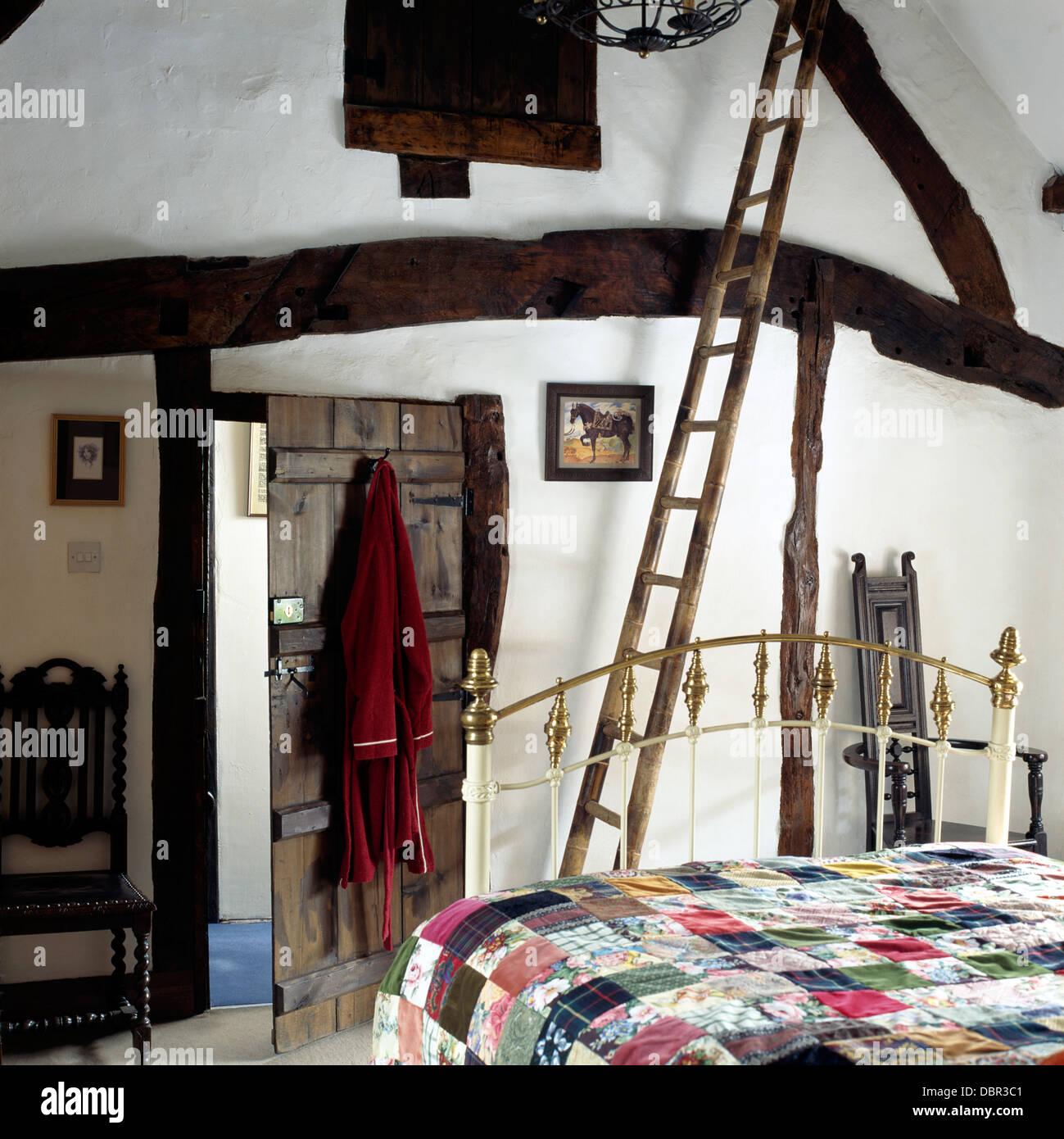 Rustikale Holzleiter und Apex Decke Holzbalken Land Schlafzimmer mit ...