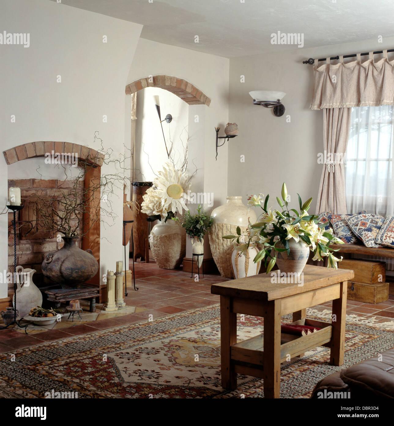 Einfachen Holztisch und gemusterten neutral Teppich im Wohnzimmer ...