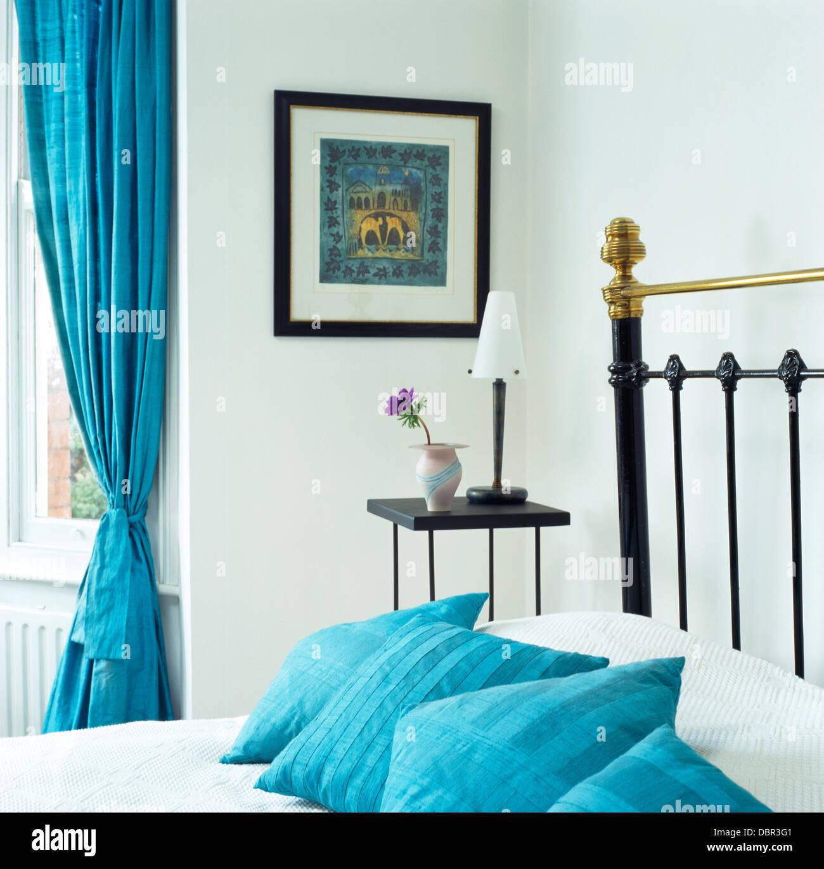Türkis Kissen Auf Antikem Messingbett Mit Weißen Bettwäsche In Weiß  Schlafzimmer Mit Türkisfarbenen Vorhang Am Fenster