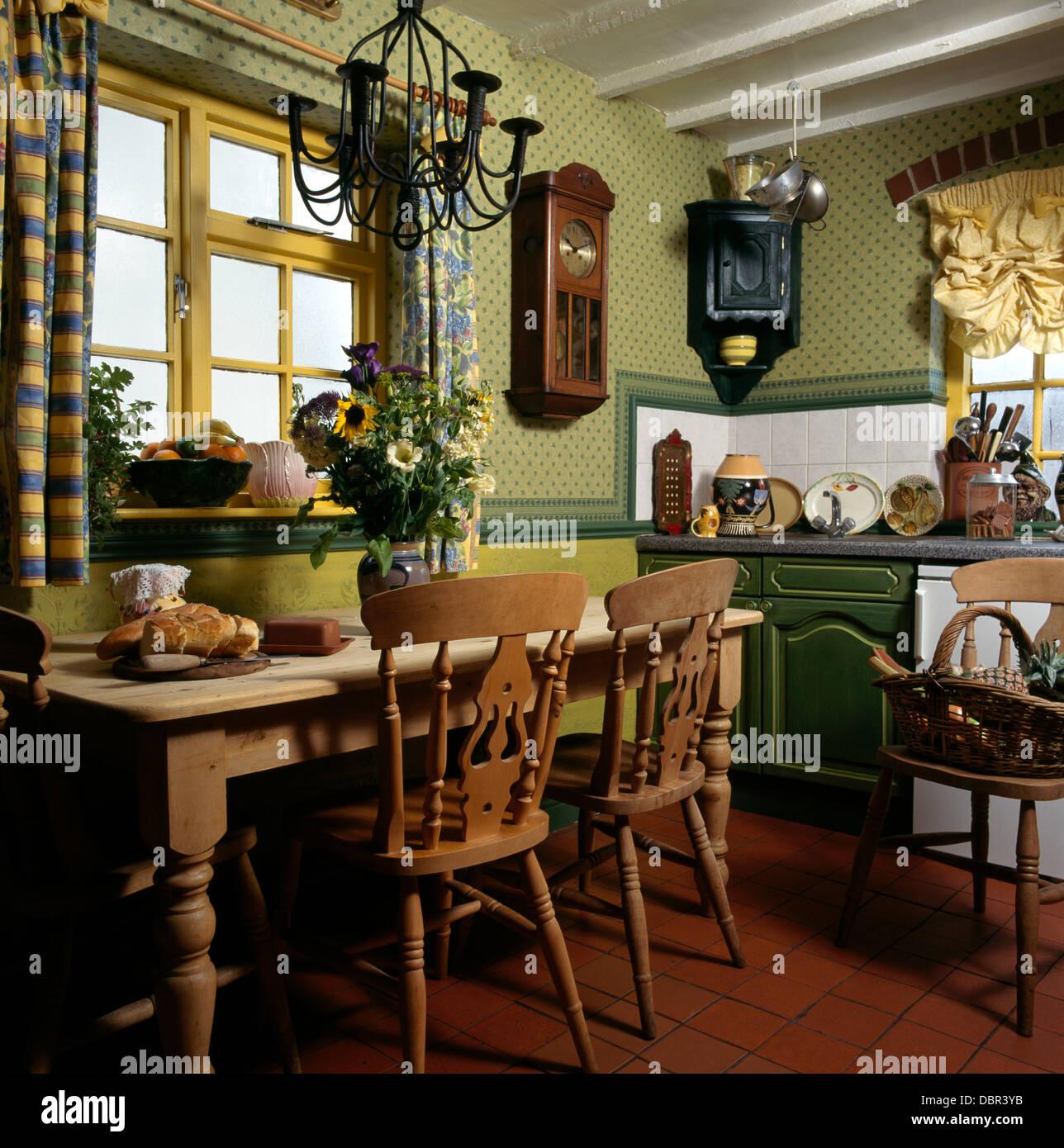 Kiefer Tisch Und Stuhle Im Cottage Kuche Mit Steinbruch Gefliesten