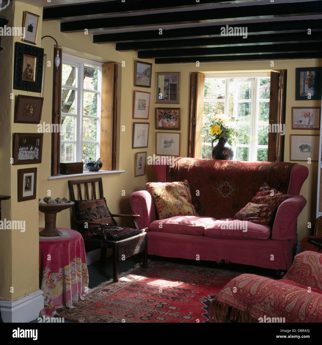 Sofa Vor Fenster rosa sofa vor fenster in holzbalken ferienhaus wohnzimmer mit