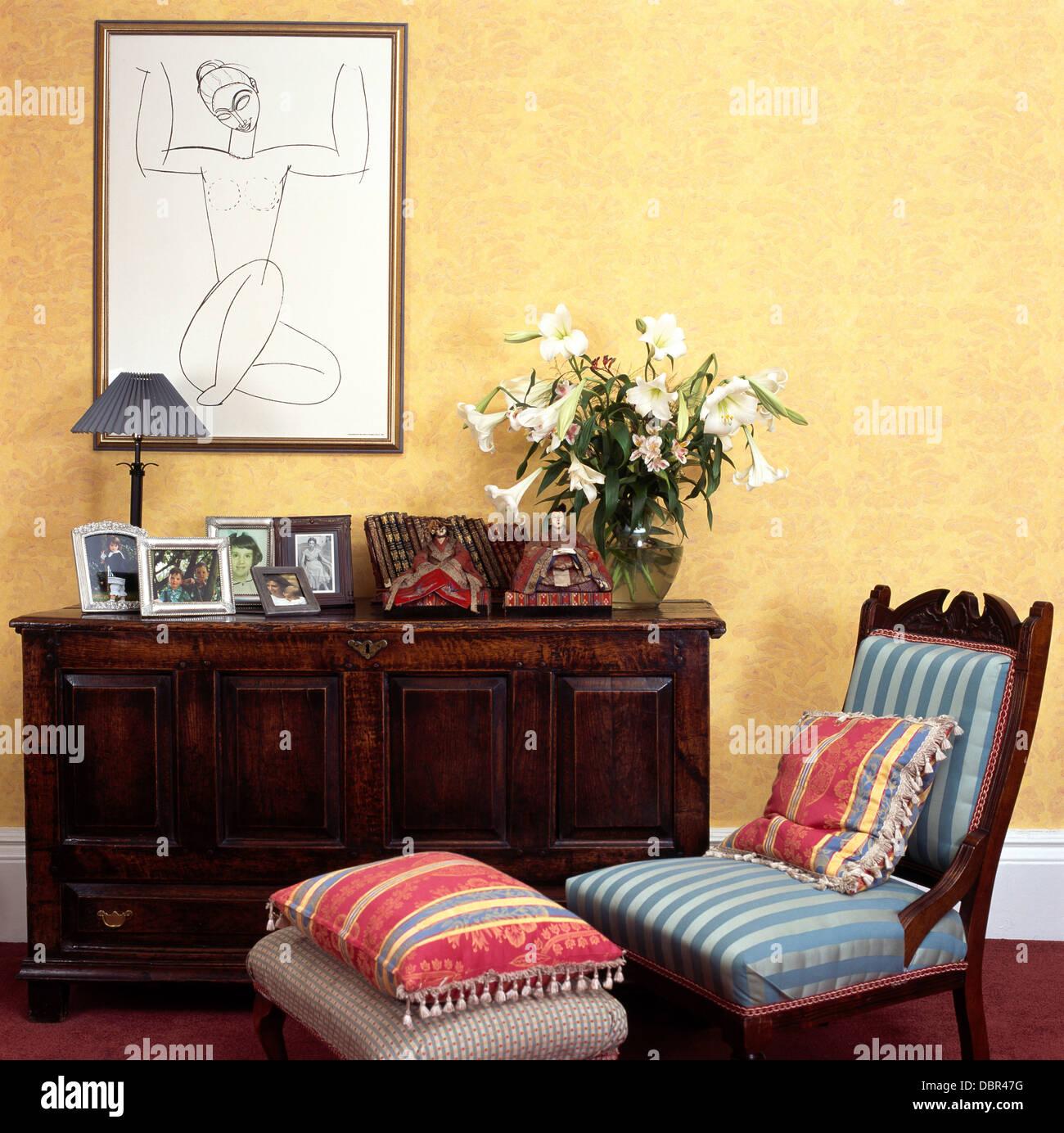 Gerahmte Zeichnung oben Eiche Sideboard im Esszimmer mit blauen ...
