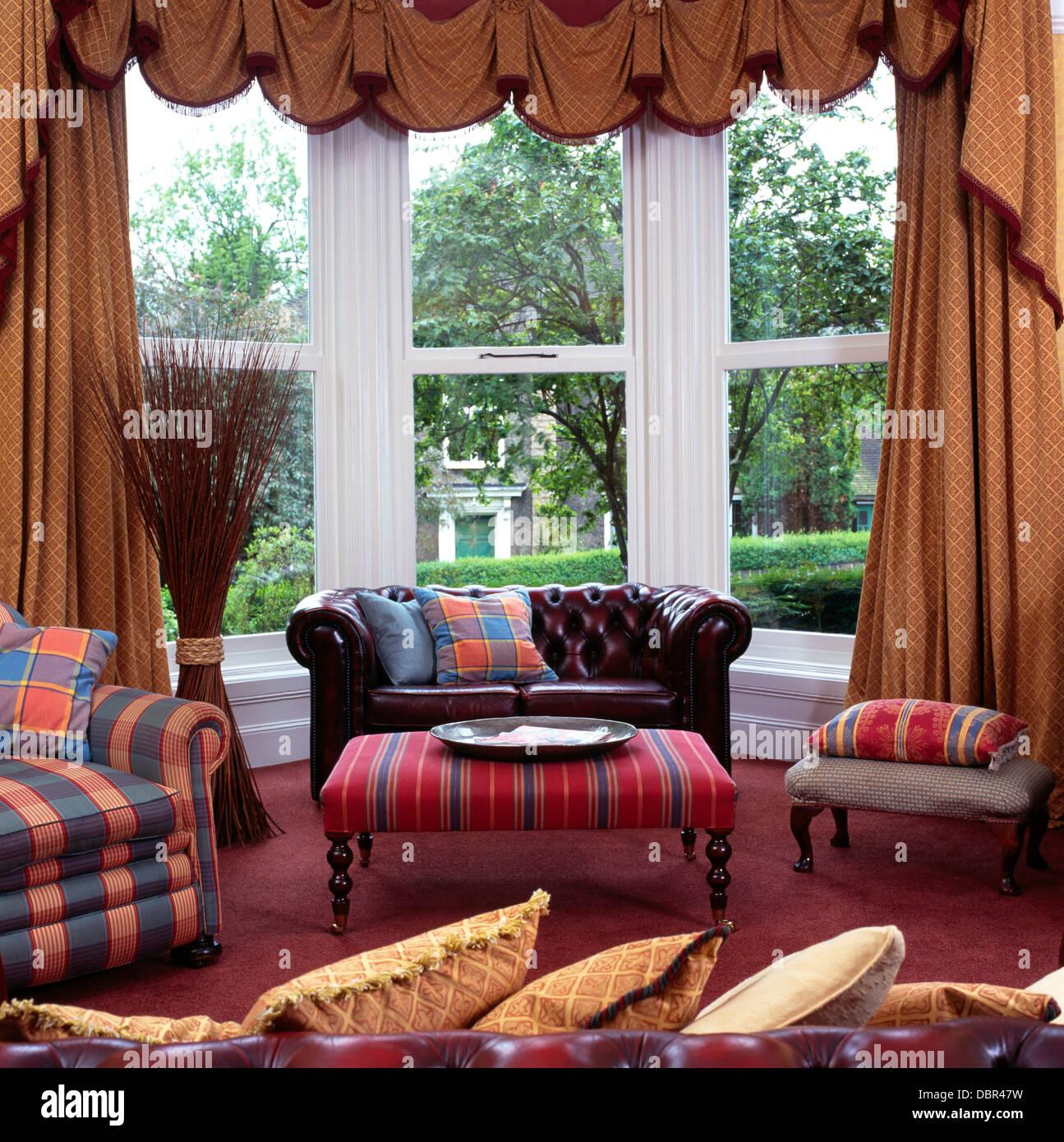 Braun Leder Chesterfield Sofa Im Erker Mit Swagged + Tailed Vorhänge Im  Wohnzimmer Stadthaus