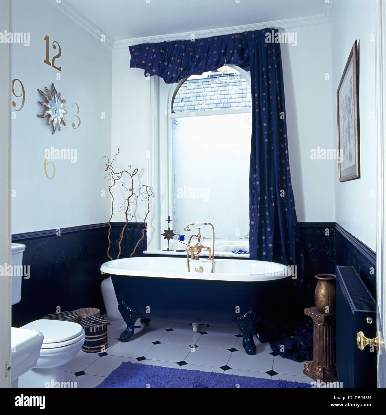 Roll Top Bad vor Fenster mit blauen Profilkranz und Vorhang ...