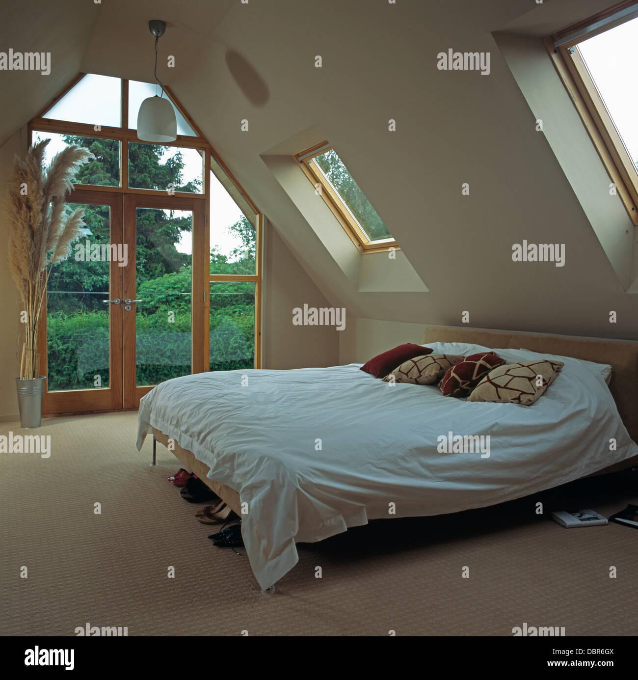 Braun und Creme Kissen mit weißen Bettdecke im Bett im modernen ...