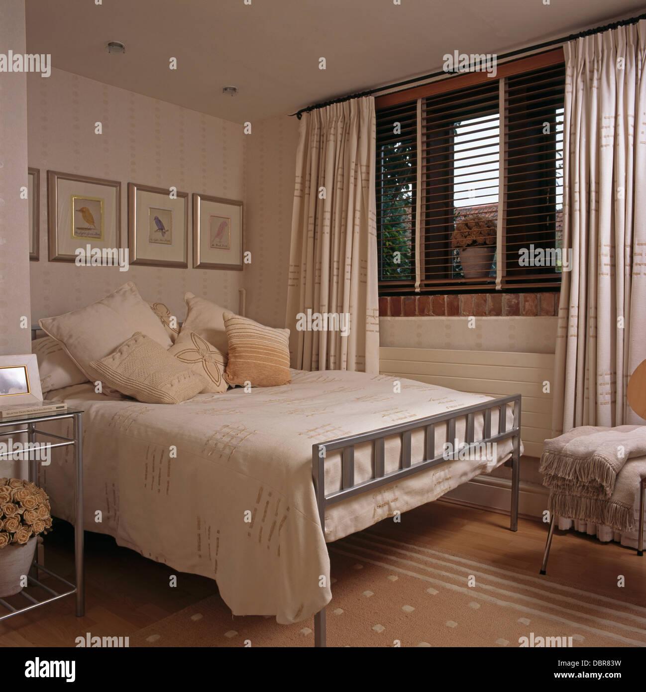 Creme-Baumwolle Bettdecke auf Metall Bett mit Kissen in modernen ...