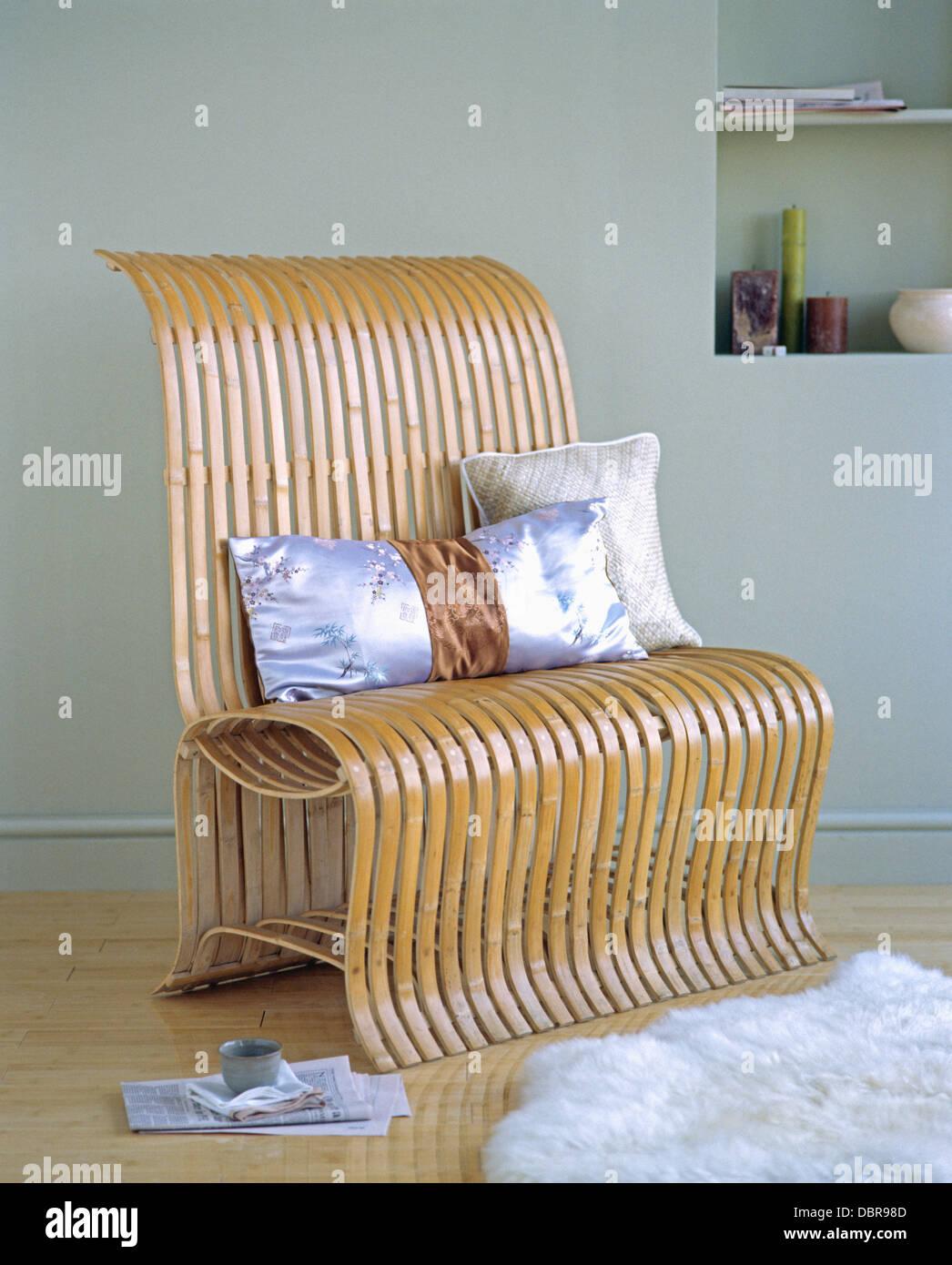 gebogene bambus stuhl mit seidenkissen in nahaufnahme stockfoto