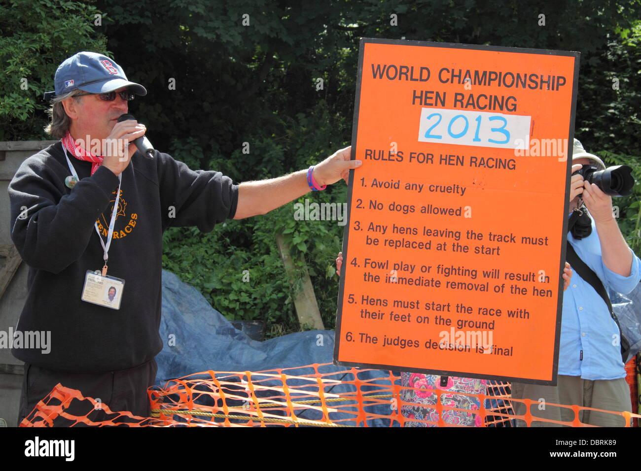 Bonsall, Derbyshire, UK. 3. August 2013. Die Henne Racing World Championships statt Plaace in Bonsall. Ein Beamter Stockbild