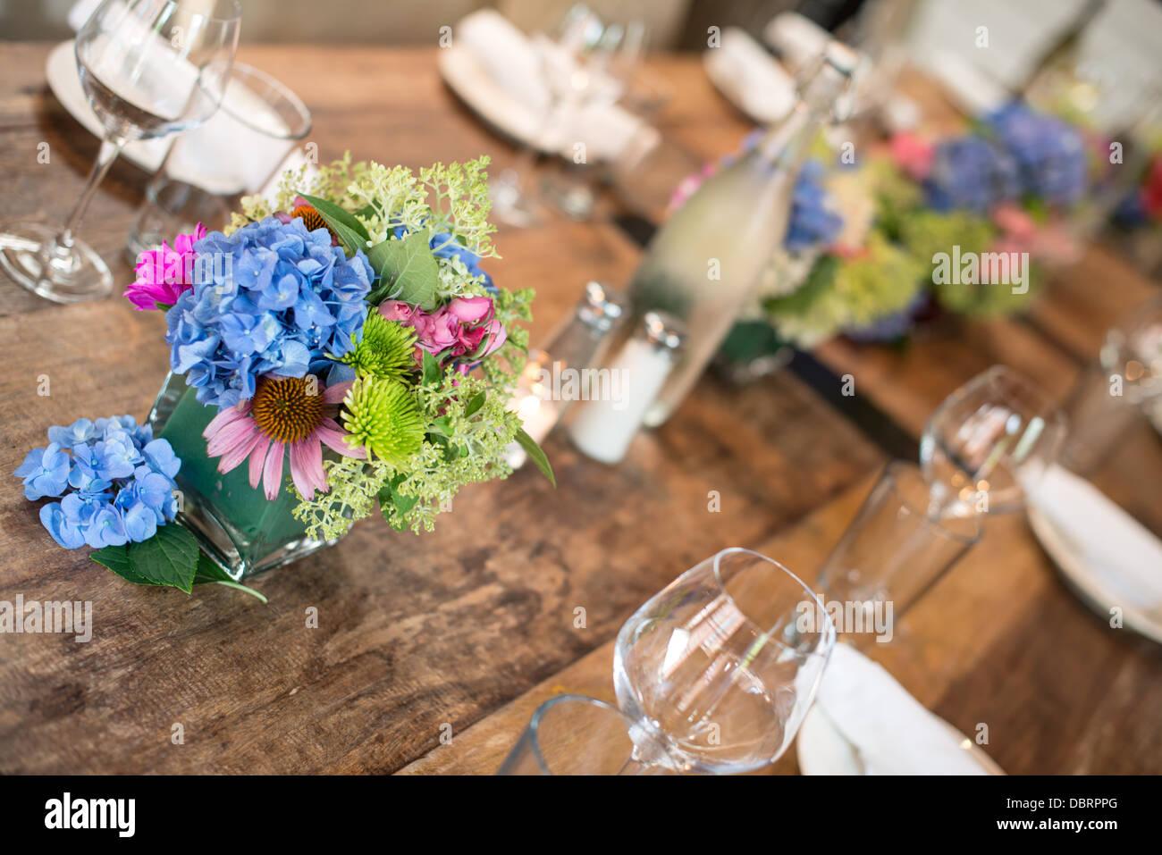 Ein Restaurant Tischdekoration Auf Ein Rustikaler Massivholztisch