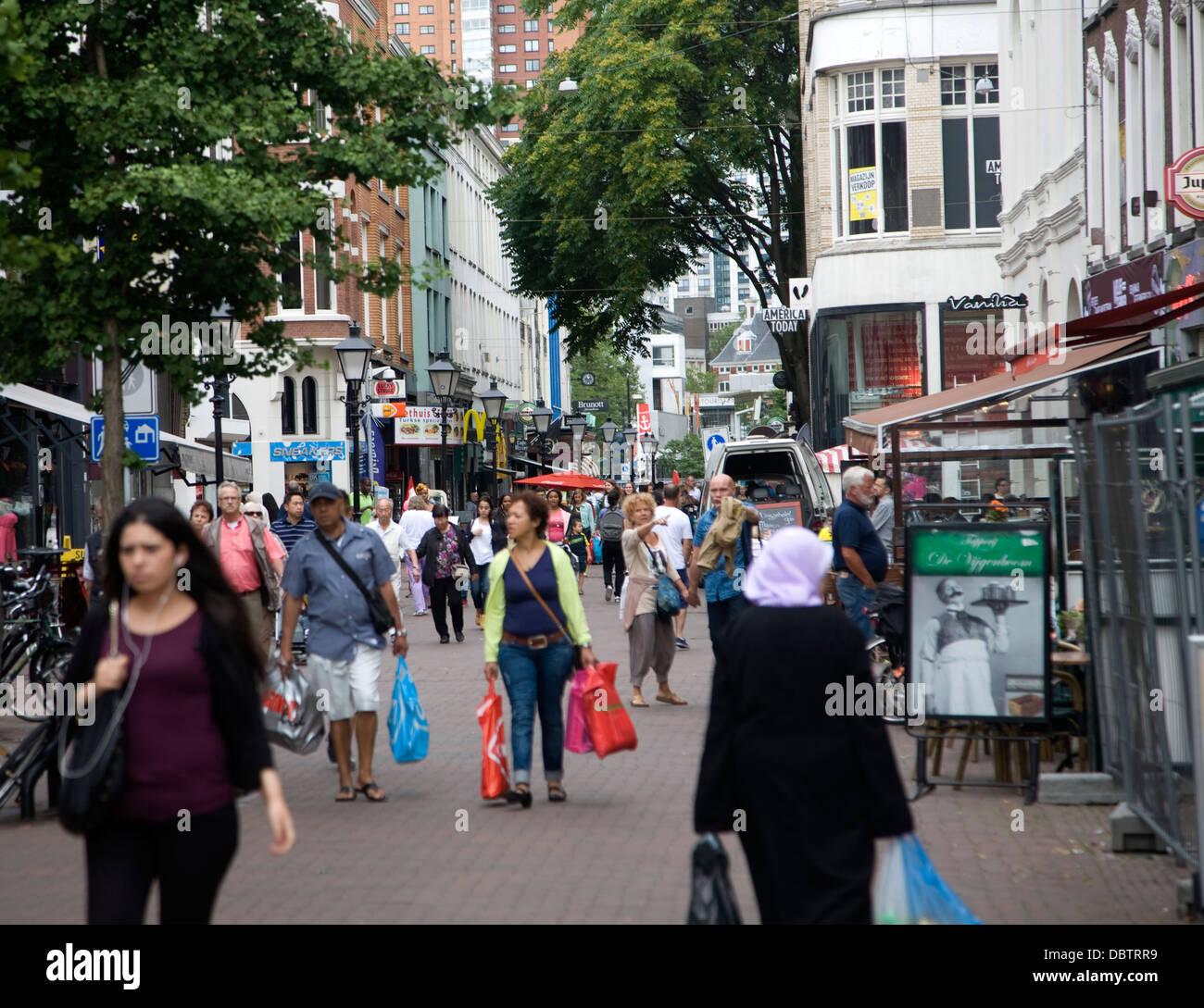 Menschen beim Einkaufen eine Fußgängerzone Straße Rotterdam-Niederlande Stockbild