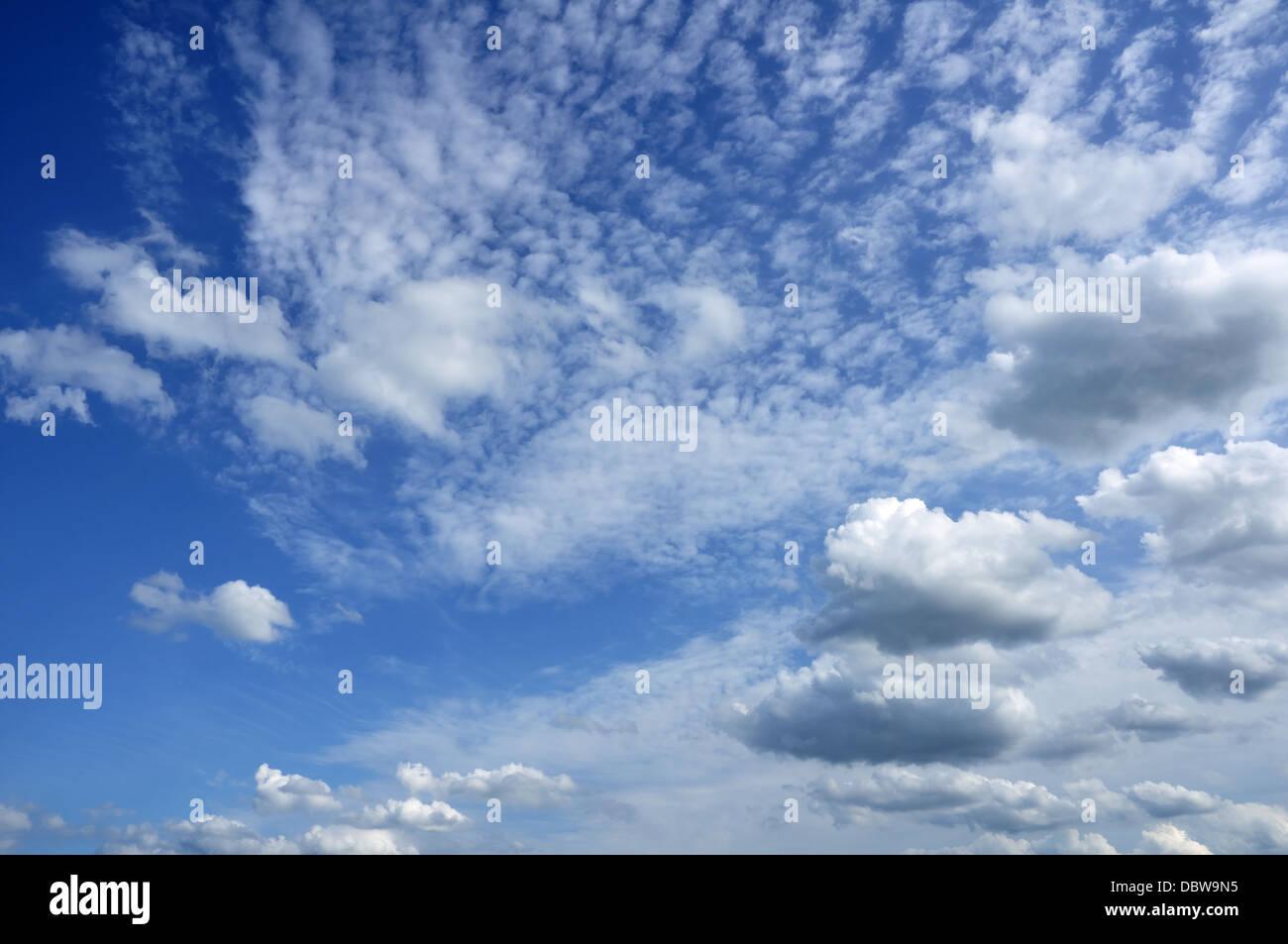 Cumulus und Altocumulus-Wolken am blauen Himmel Stockbild