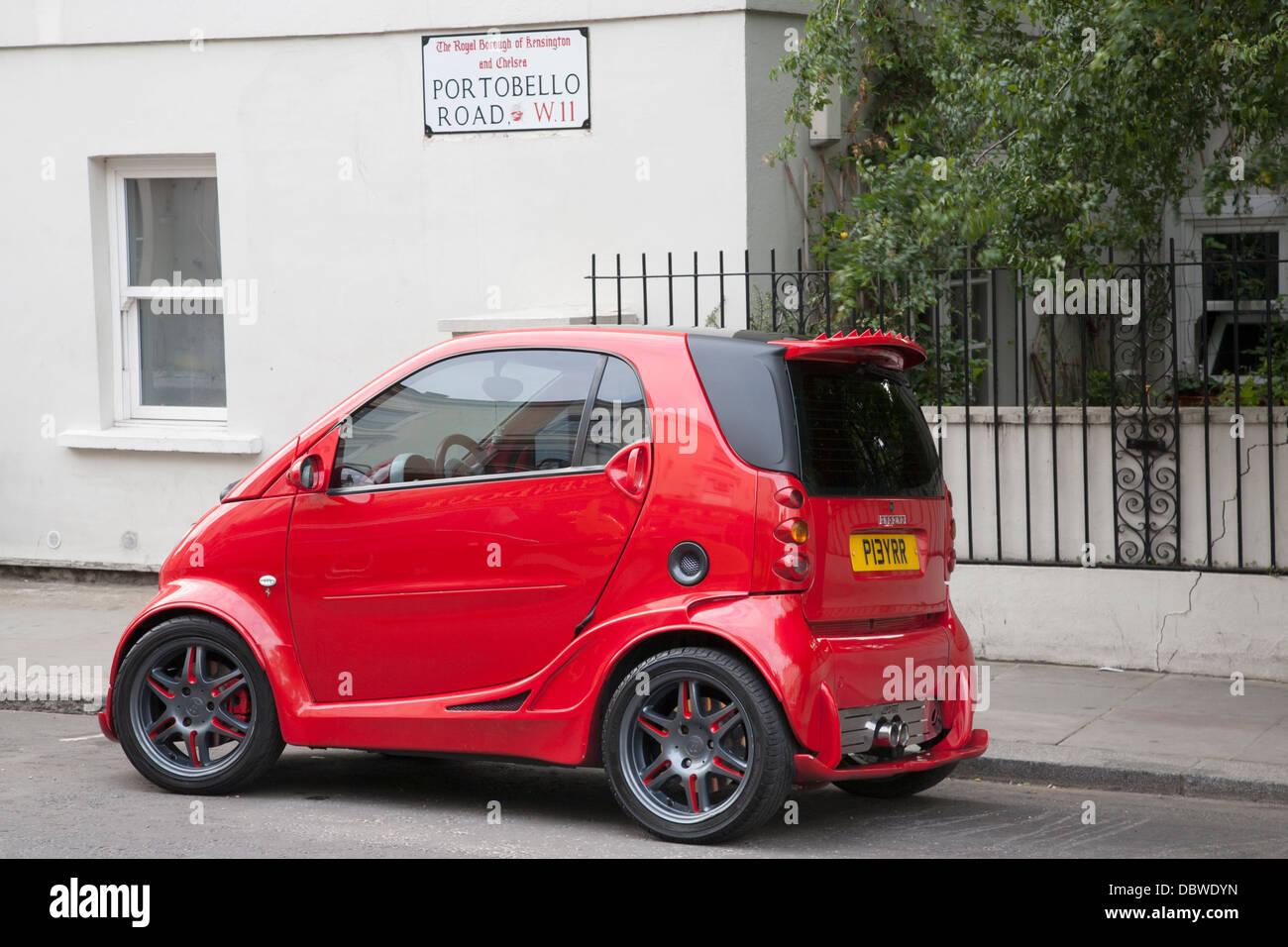 Roten Smart Als Ferrari In Der Portobello Road London England Vereinigtes Königreich Stockfotografie Alamy