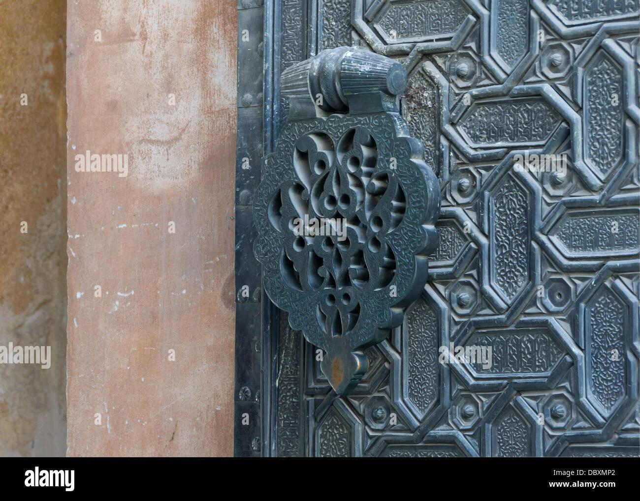 """Eine Tür-Klopfer (Restaurierung 1985) der """"Puerta del Perdon"""", aus der Kathedrale von Sevilla, Spanien. Stockbild"""