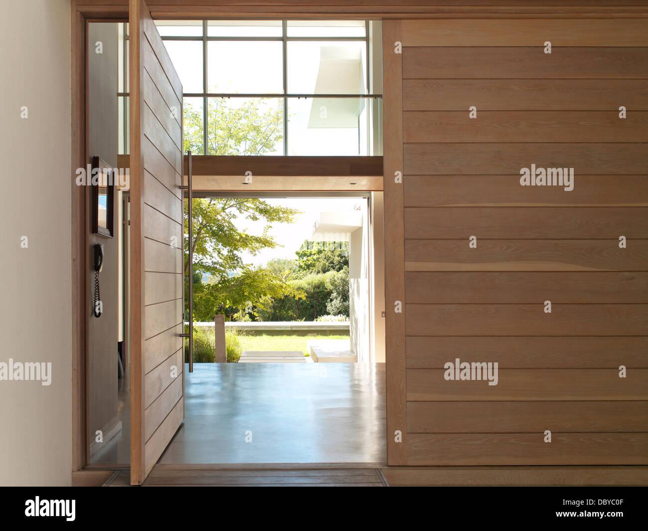 Offene Tür im modernen Haus Stockbild