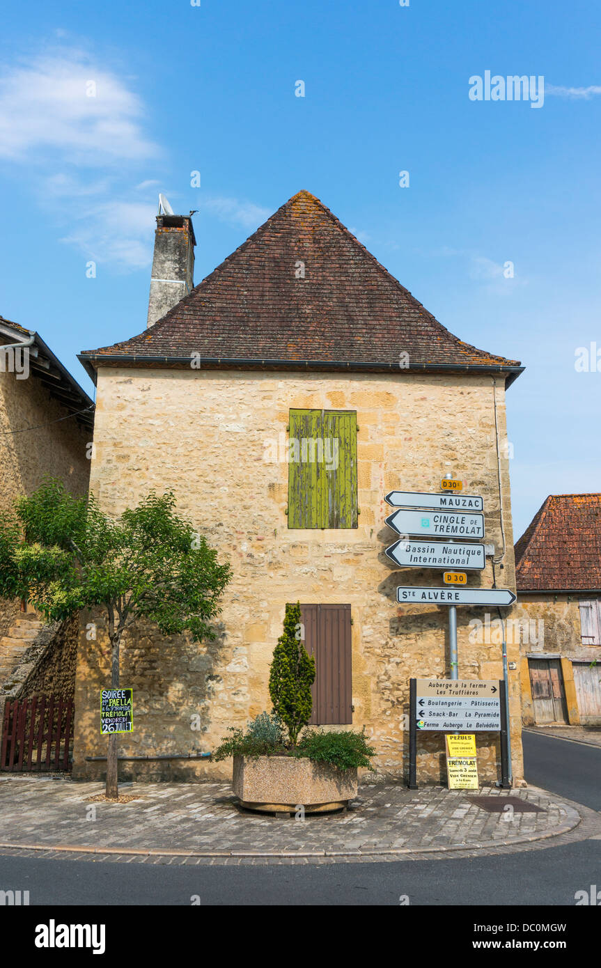 Haus und Wegweiser im Dorf Trémolat, eine französische Gemeinde im Département Nouvelle-Aquitaine Stockbild