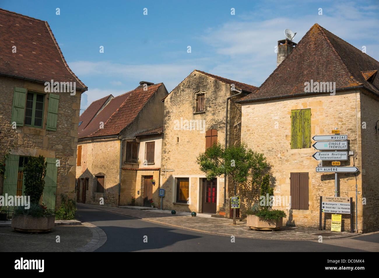 Schöne alte Häuser aus Stein im sonnendurchfluteten Dorf Trémolat, eine französische Gemeinde Stockbild