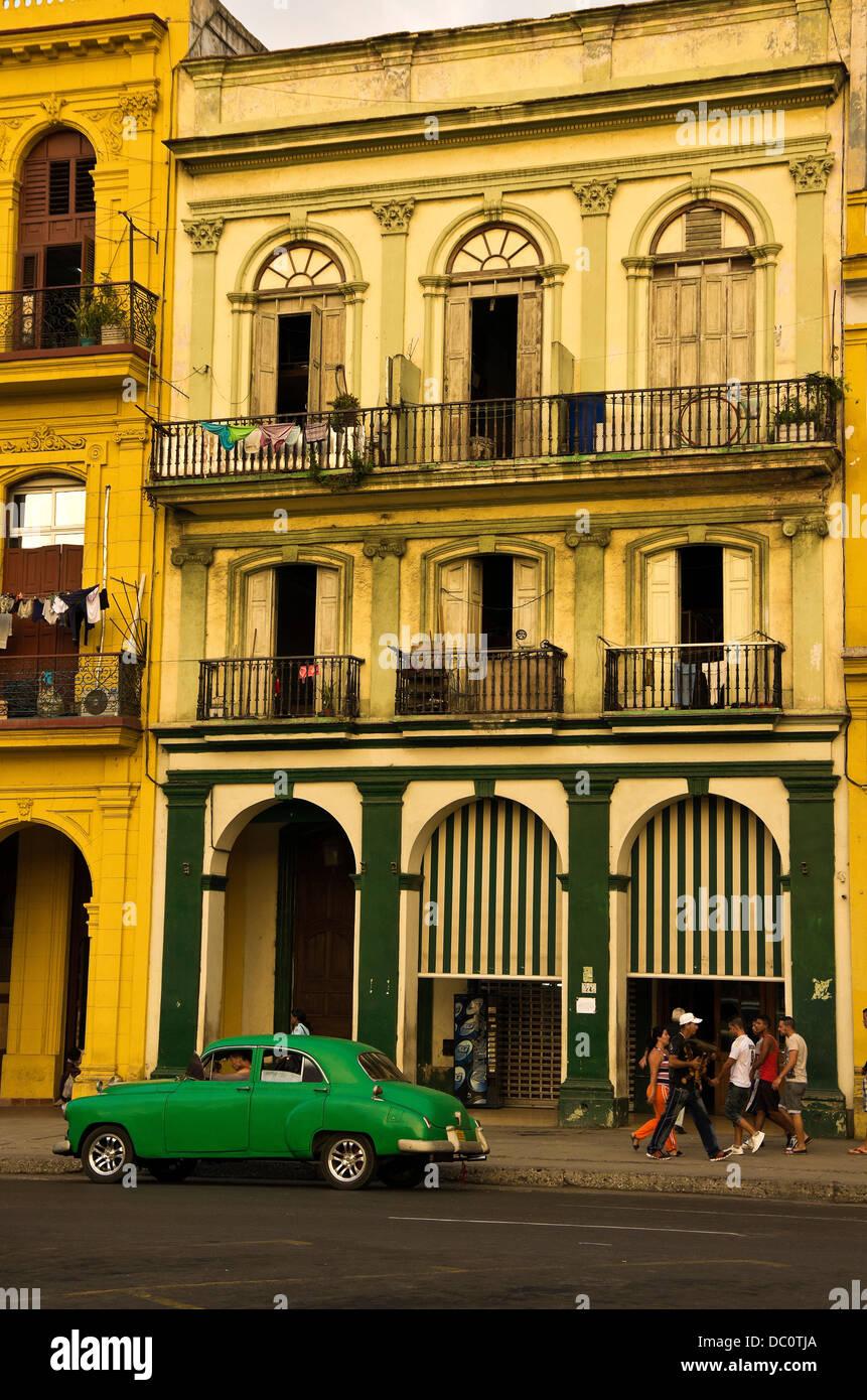 Centro Habana Bauten des 19. Jahrhunderts, Wäsche auf Balkon, Leben auf der Straße, grüne Auto vorne Stockbild