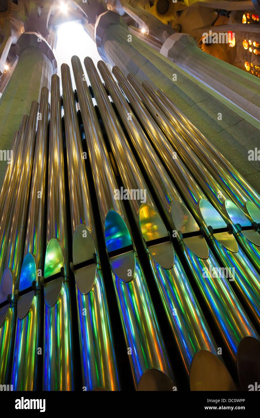 blickte zu bunten Reflexionen über Orgelpfeifen Stockbild