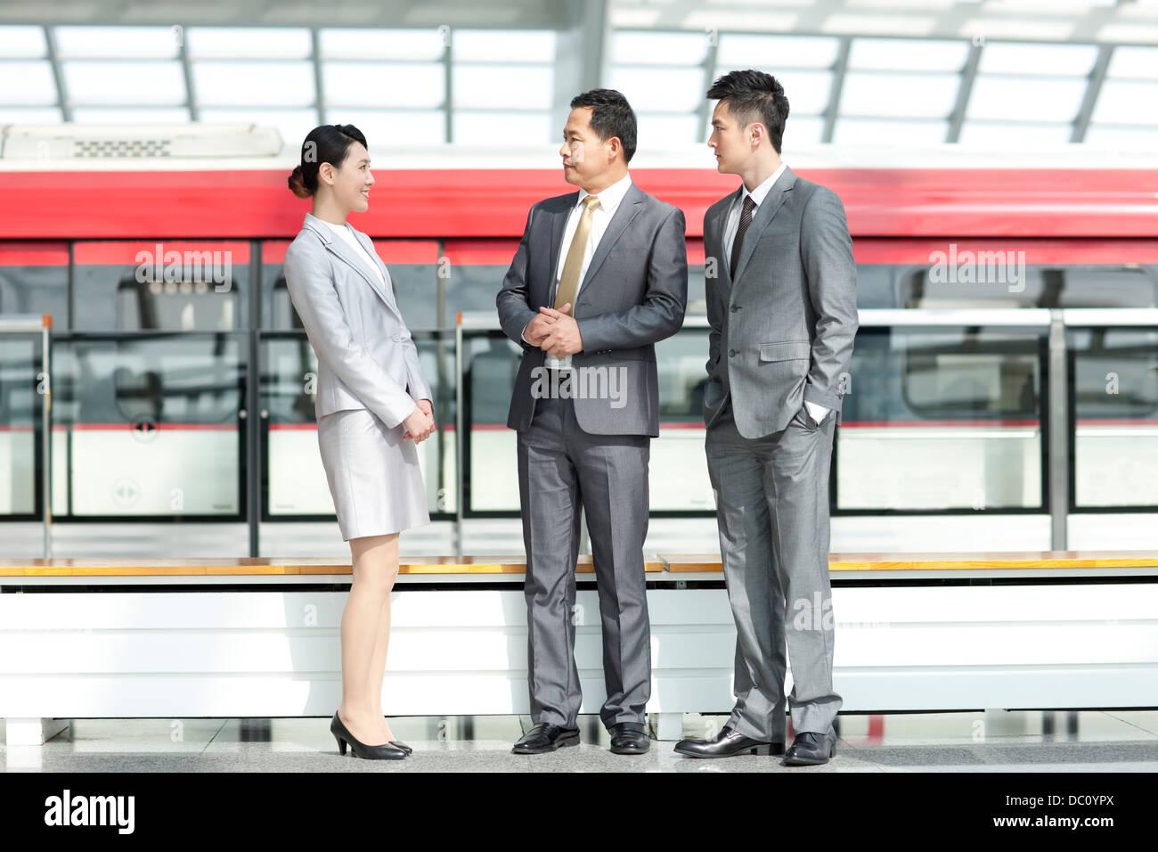 Geschäftsleute, die an u-Bahnstation im Gespräch Stockbild