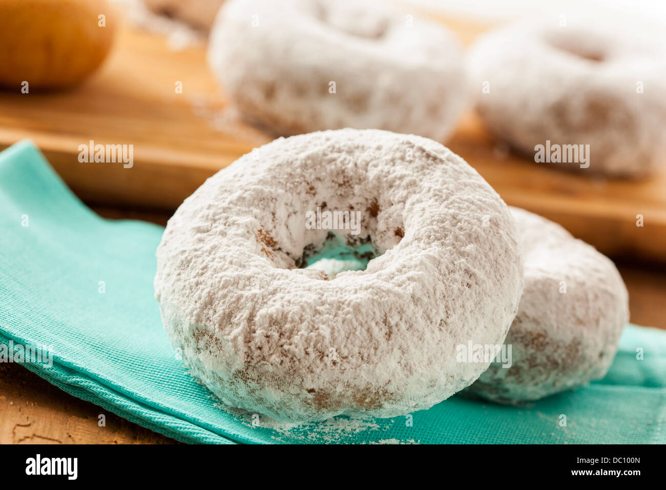 hausgemachte wei gepudert donuts auf einem hintergrund stockfoto bild 59028949 alamy. Black Bedroom Furniture Sets. Home Design Ideas