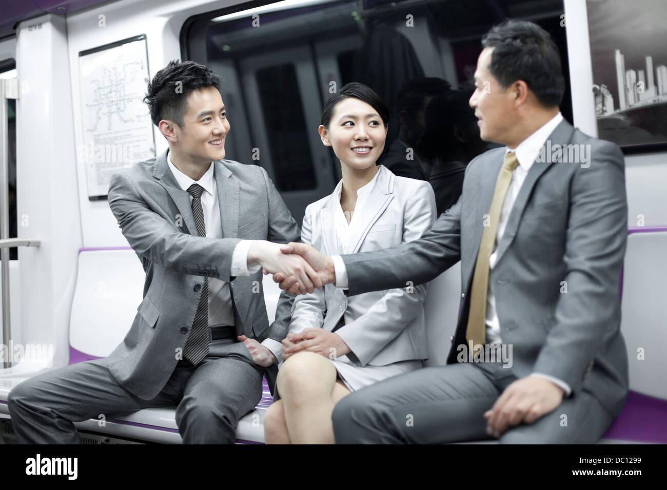 Geschäftsleute Händeschütteln in u-Bahn Stockbild