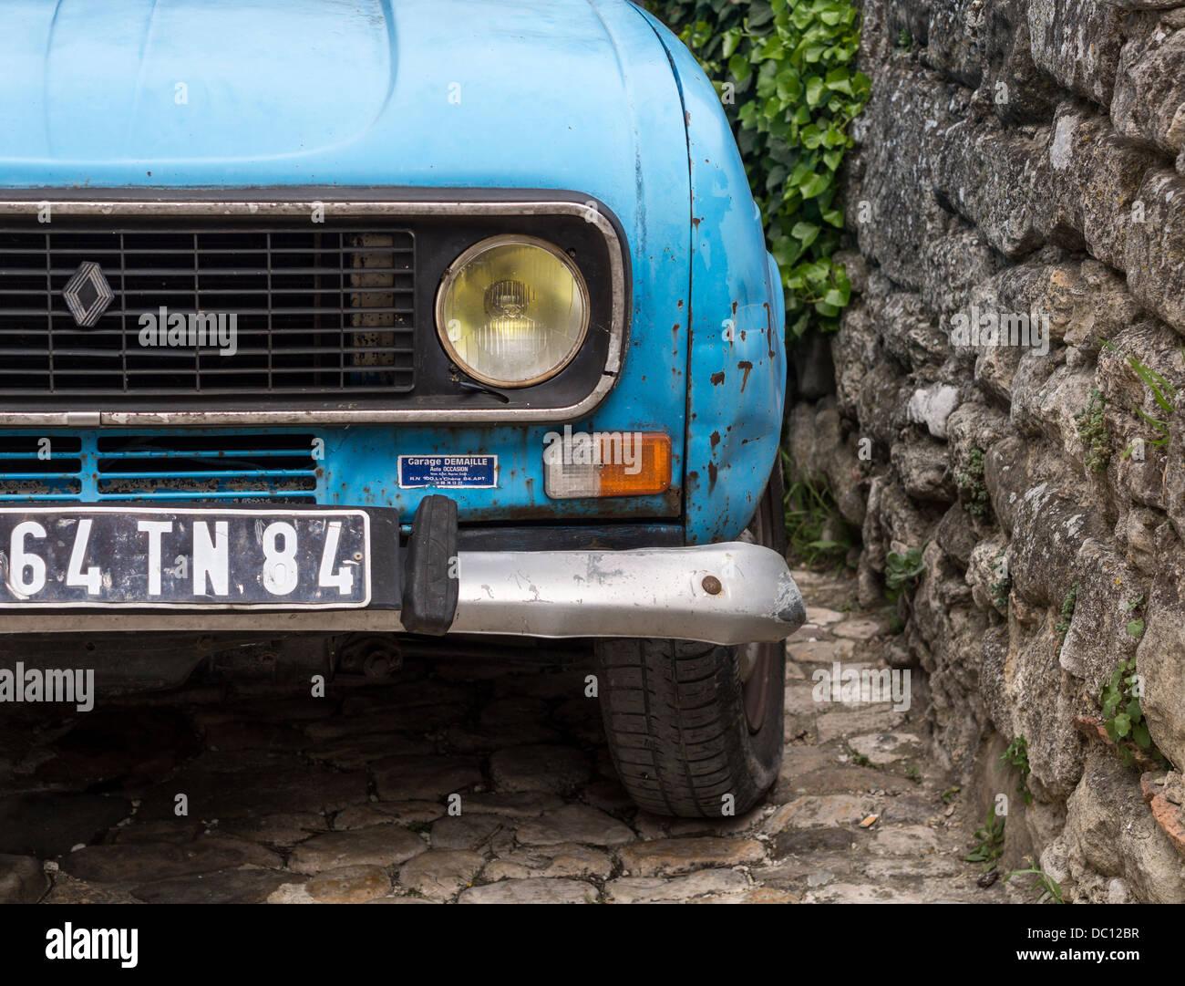 Hell blau Citron Oldtimer. Detail der Ecke ein ziemlich ramponierte alte Auto parkte neben einer Steinmauer. Stockbild