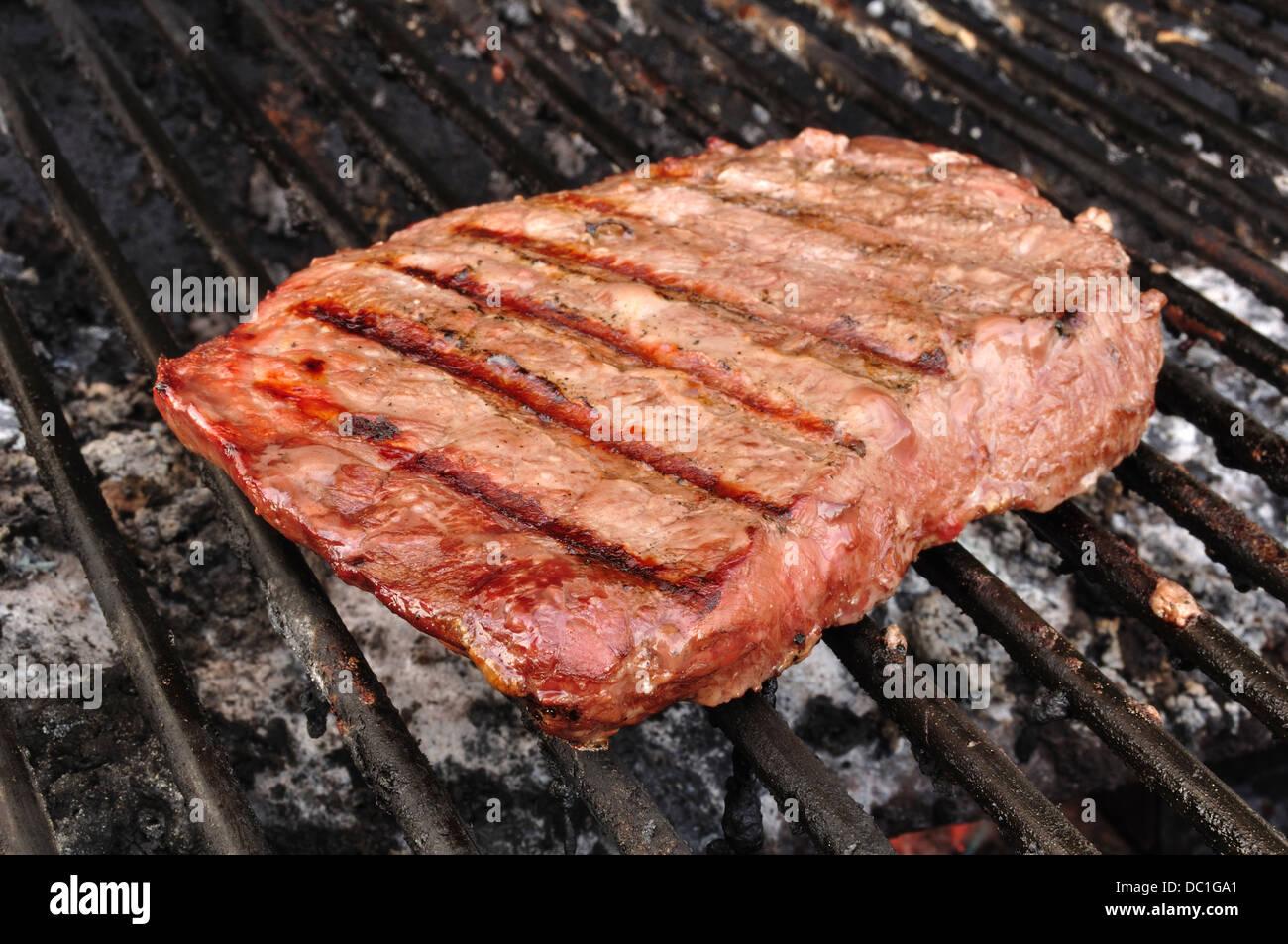 Steak auf einem Grill Stockbild