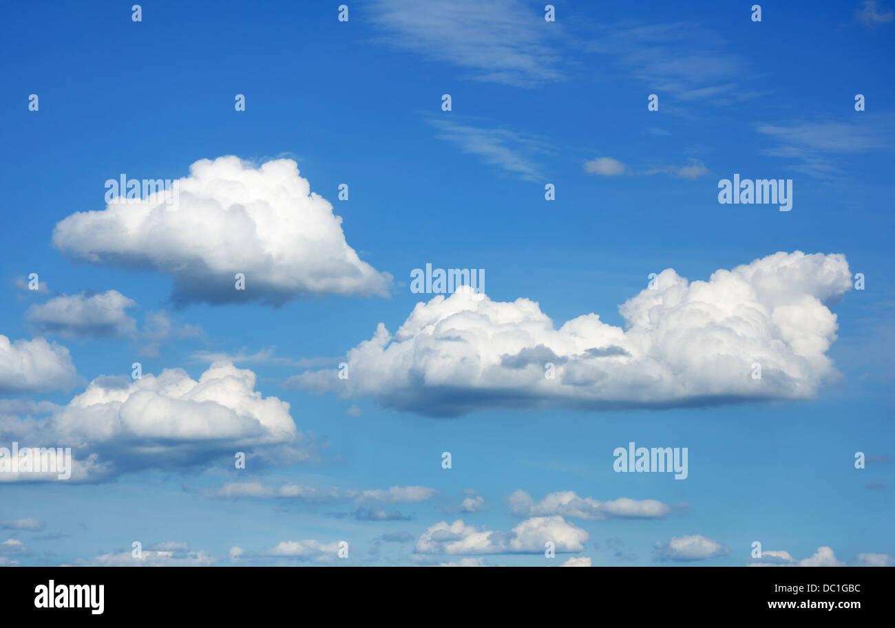 Cumulus-Wolken vor blauem Himmel Stockbild