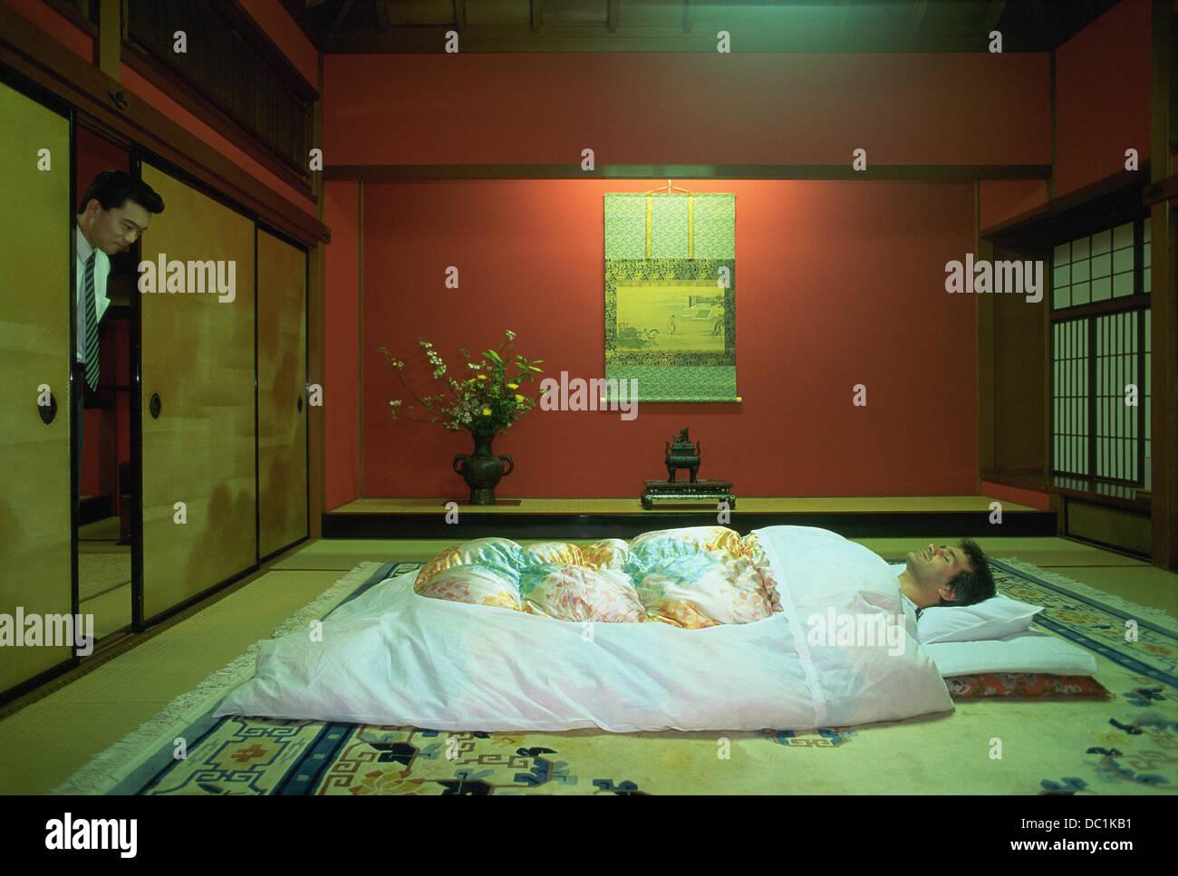 Man Schlaft In Einem Riokan Inn Futon Bett Japan Stockfoto