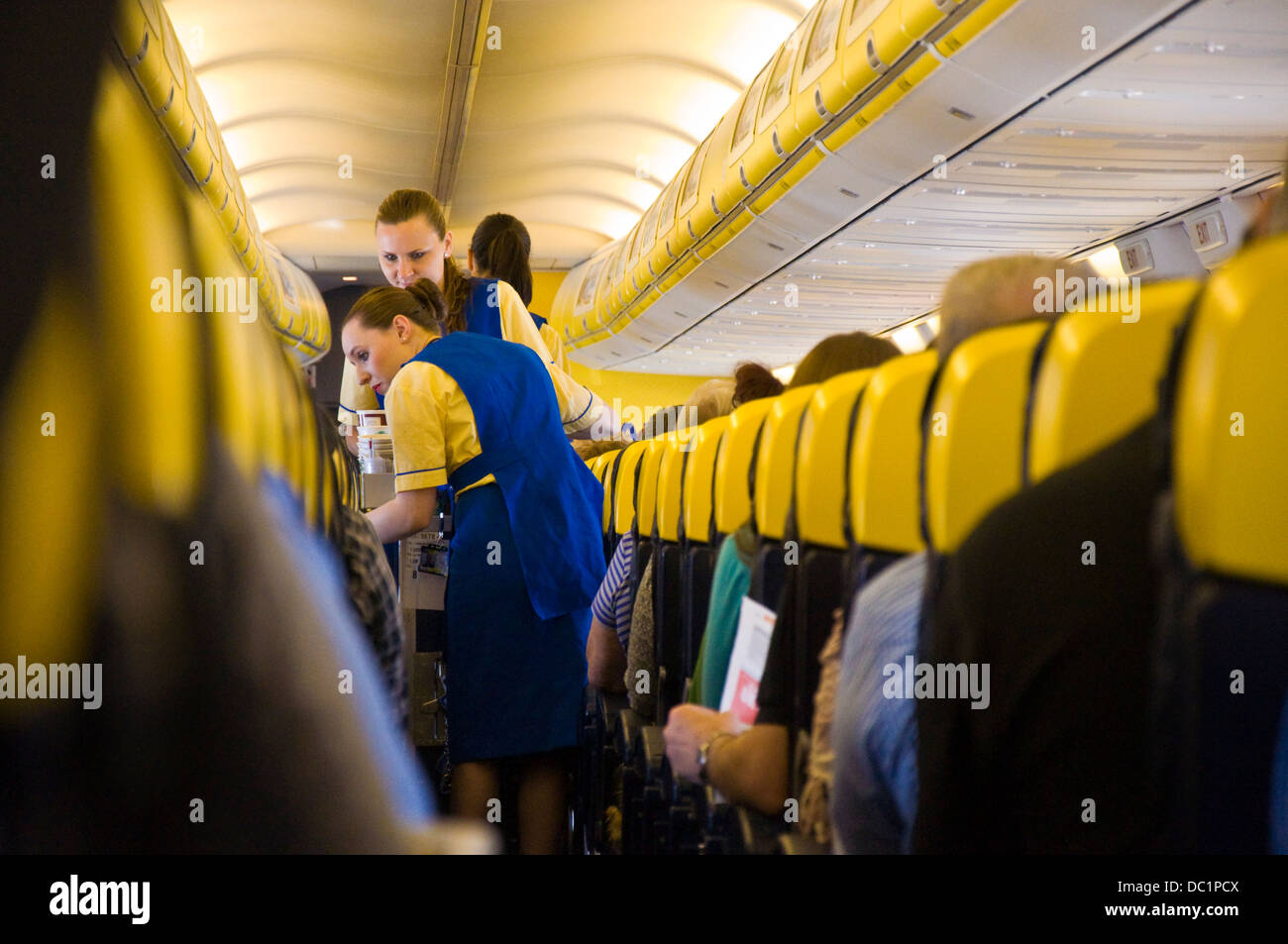 Flugbegleiter servieren Getränke und Snacks an Bord eines Ryanair ...