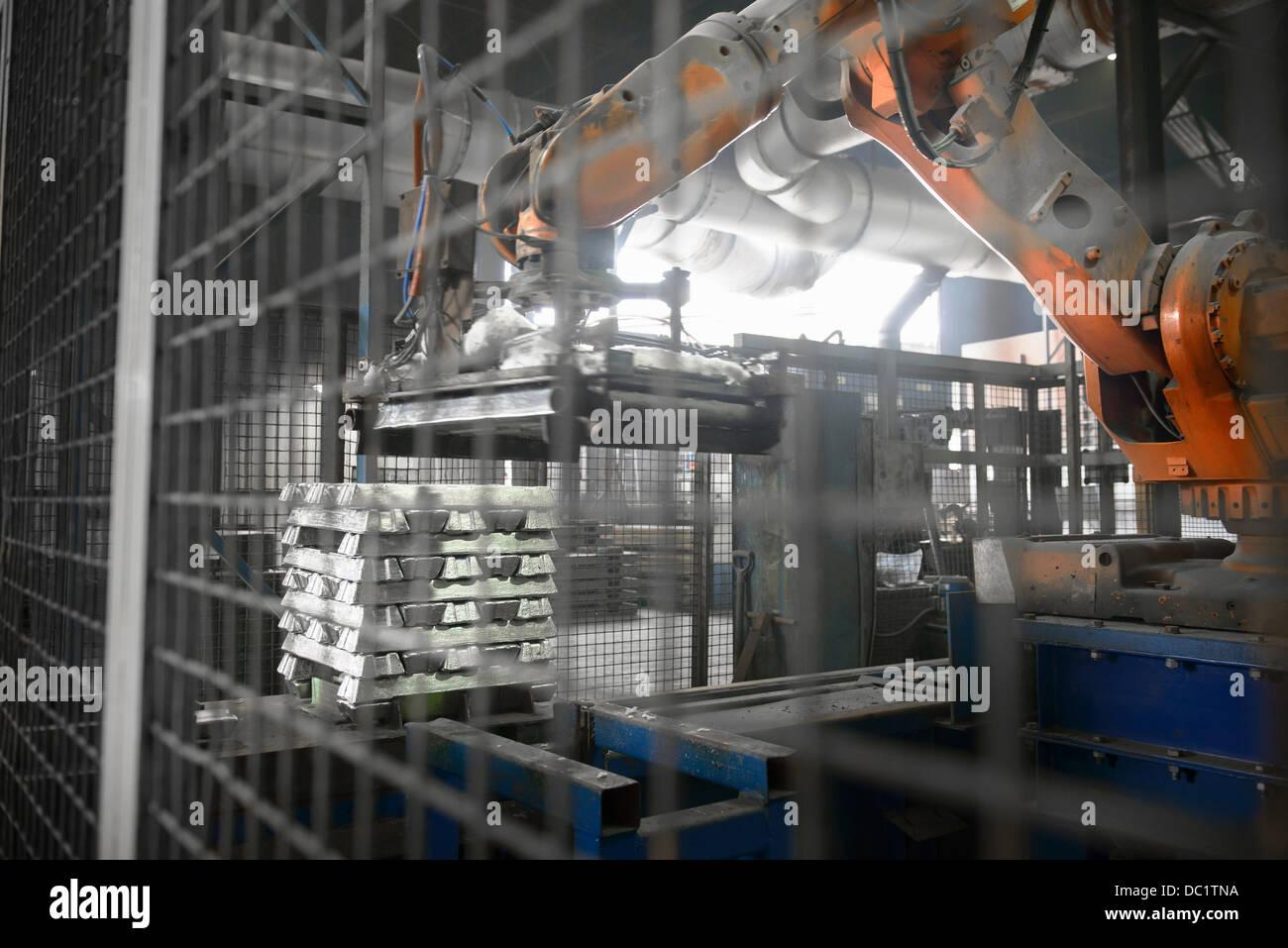 Schwere Maschinen heben Metallbarren auf Aluminium-recycling-Anlage Stockbild
