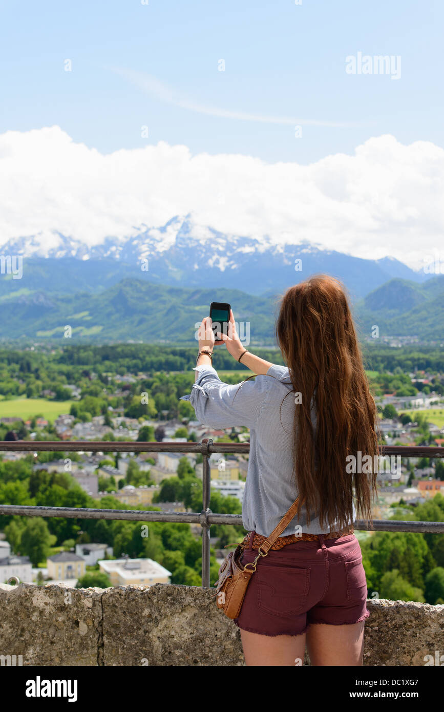 Weibliche Touristen fotografieren Aussicht auf Alpen, Salzburg, Österreich Stockbild