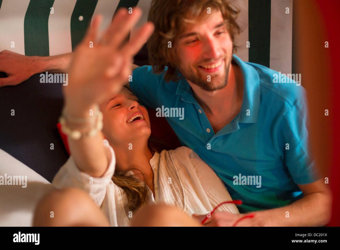 Unbeschwertes junges Paar Faulenzen in der Bar Stockbild