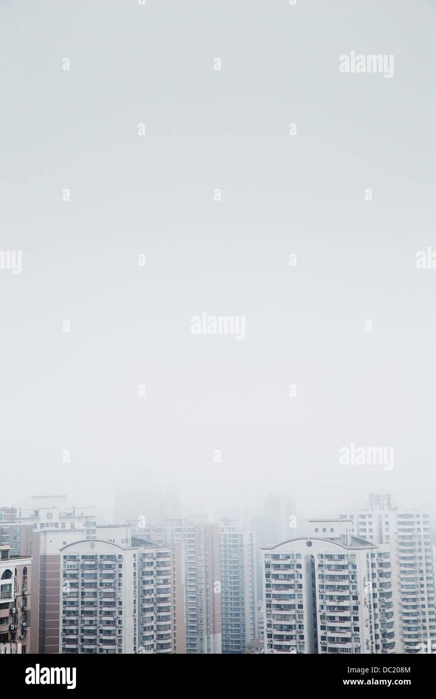 Erhöhte Ansicht des Nebels über Wolkenkratzer, Shanghai, China Stockbild