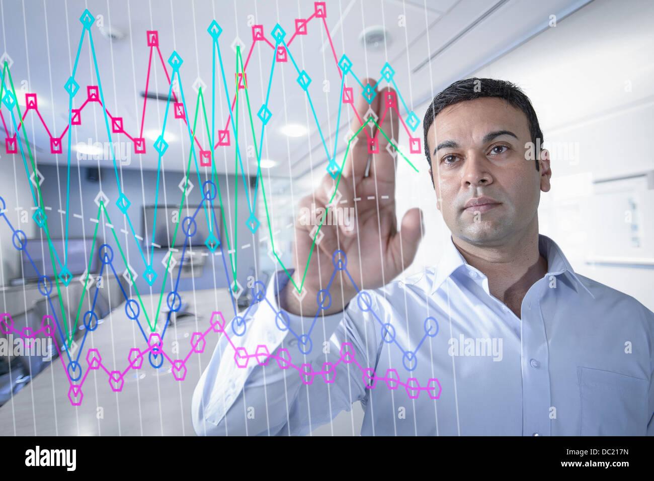 Kaufmann im Büro mit interaktiven Bildschirm Stockbild