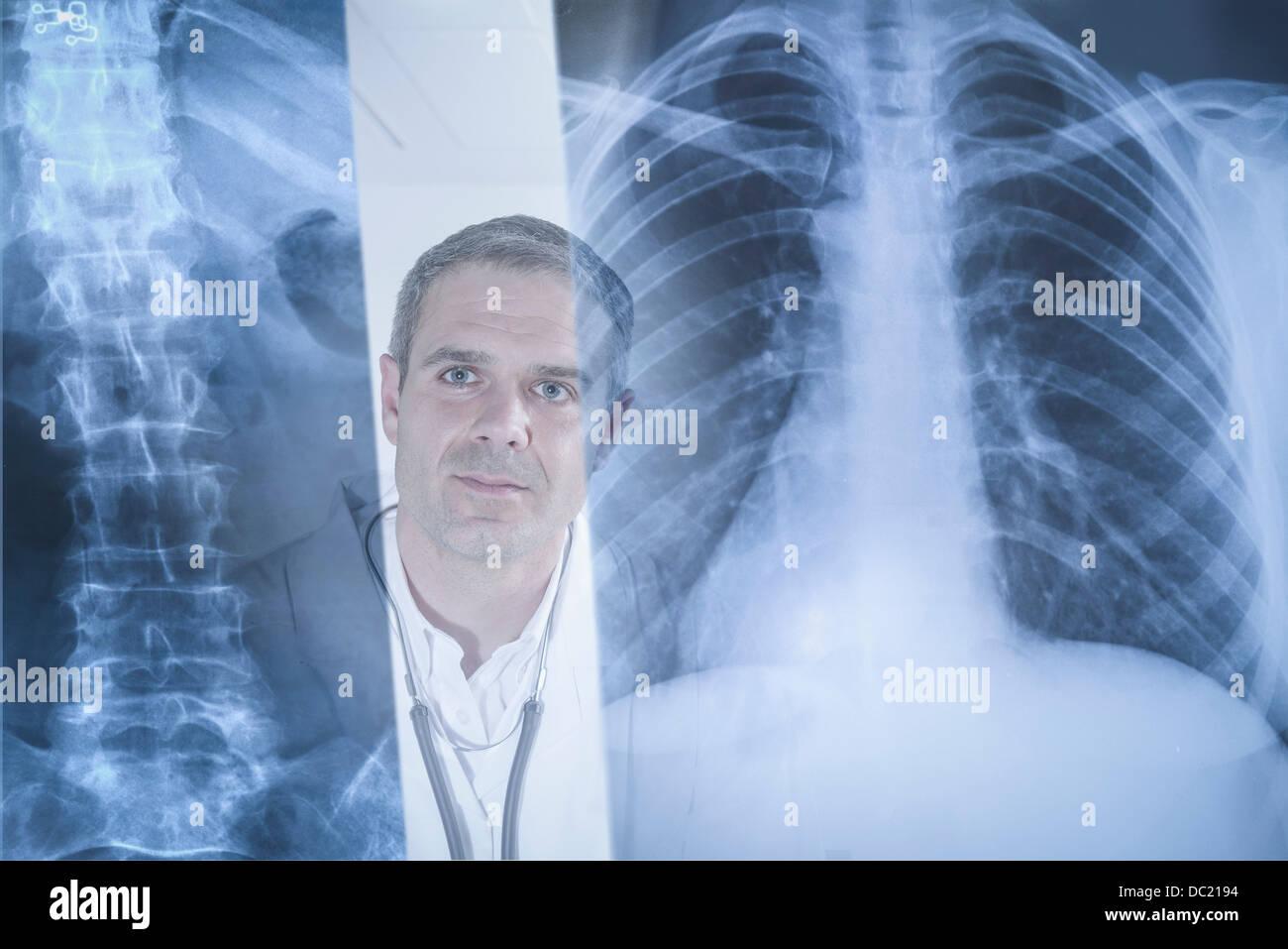 Arzt untersucht man die Xray-Ergebnisse auf dem Bildschirm angezeigt Stockbild