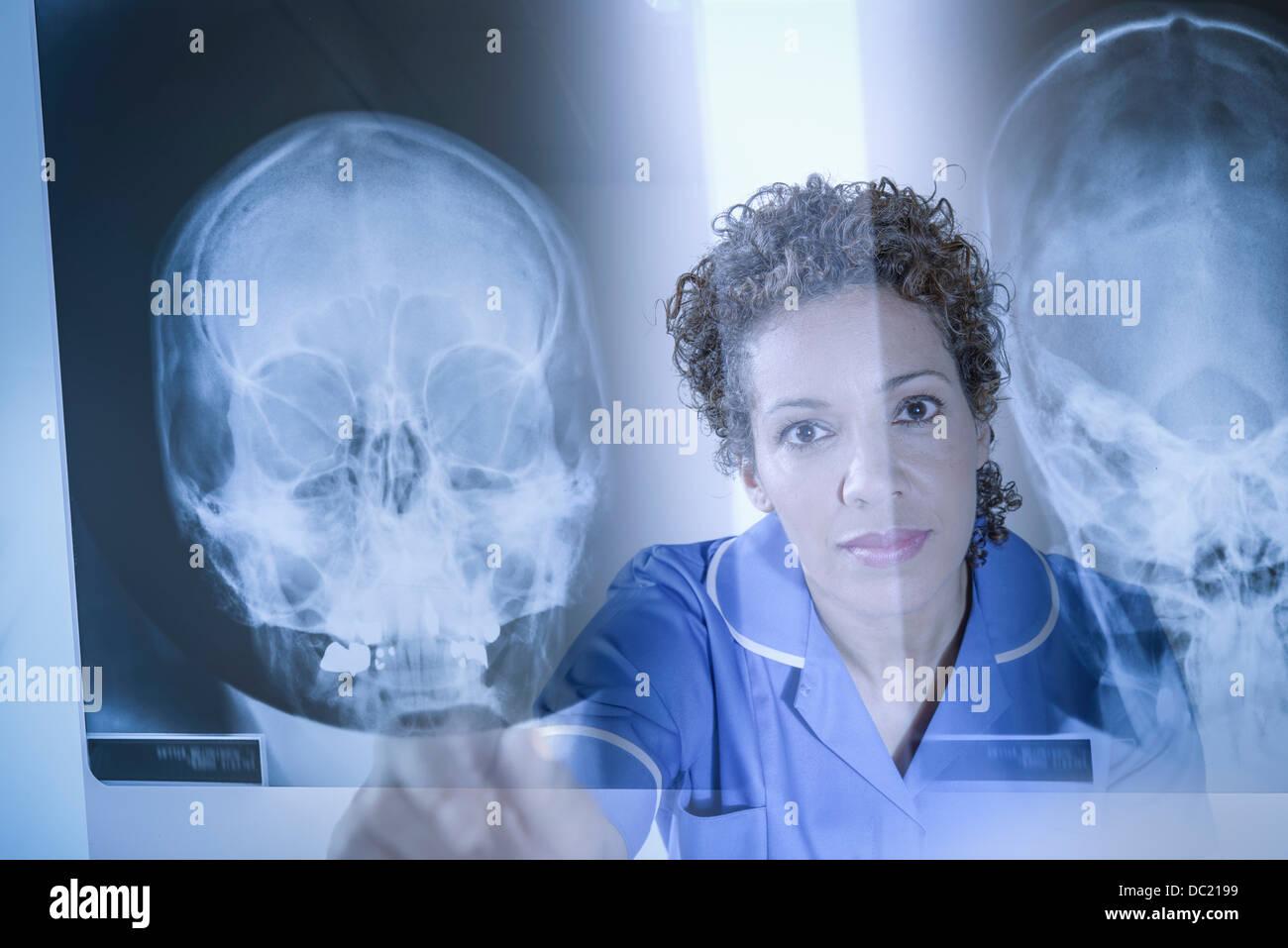 Krankenschwester auf Xray Ergebnisse auf dem Bildschirm angezeigt Stockbild