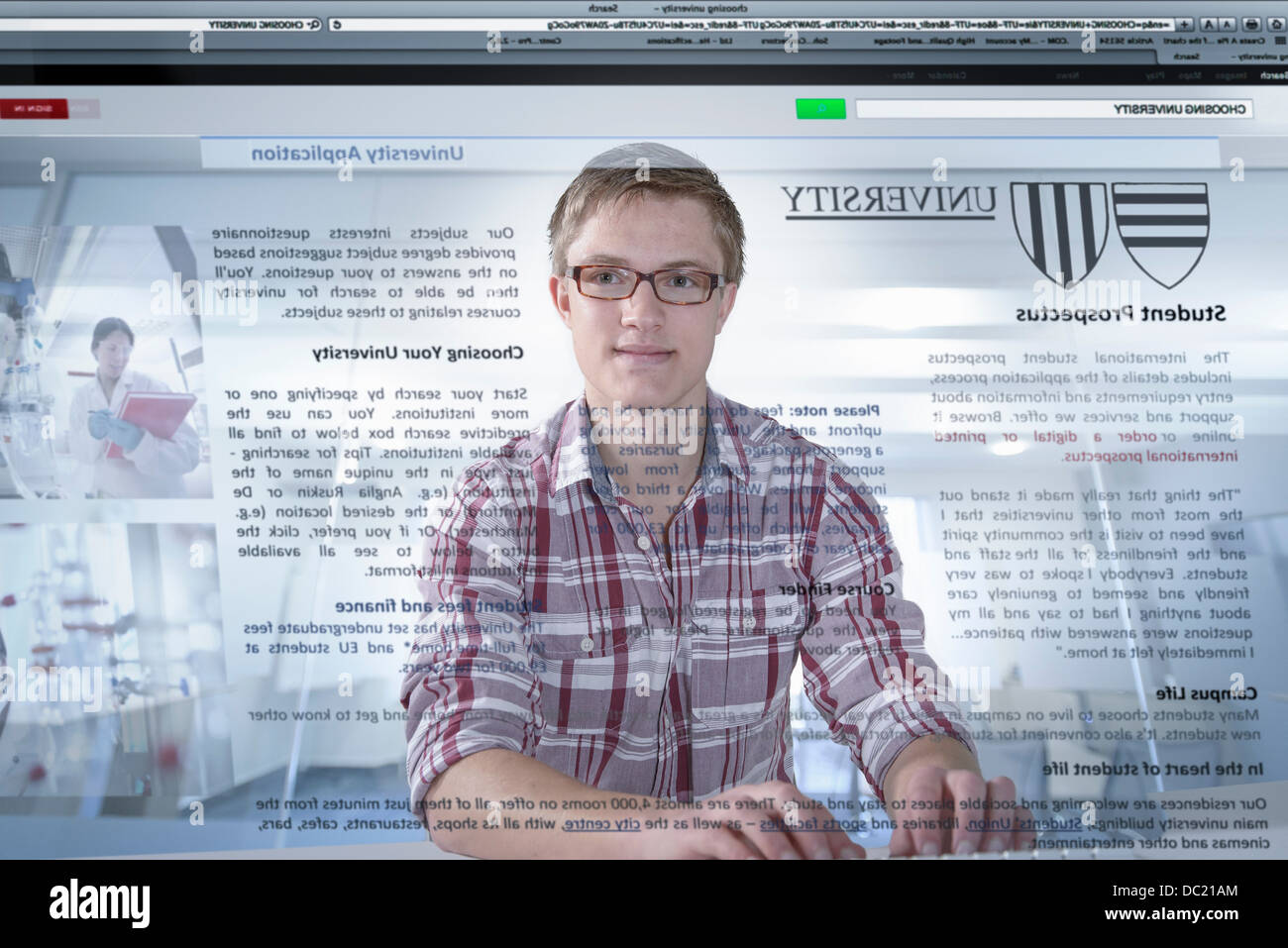 Junger Student Universität Prospekt auf dem Bildschirm betrachten Stockbild