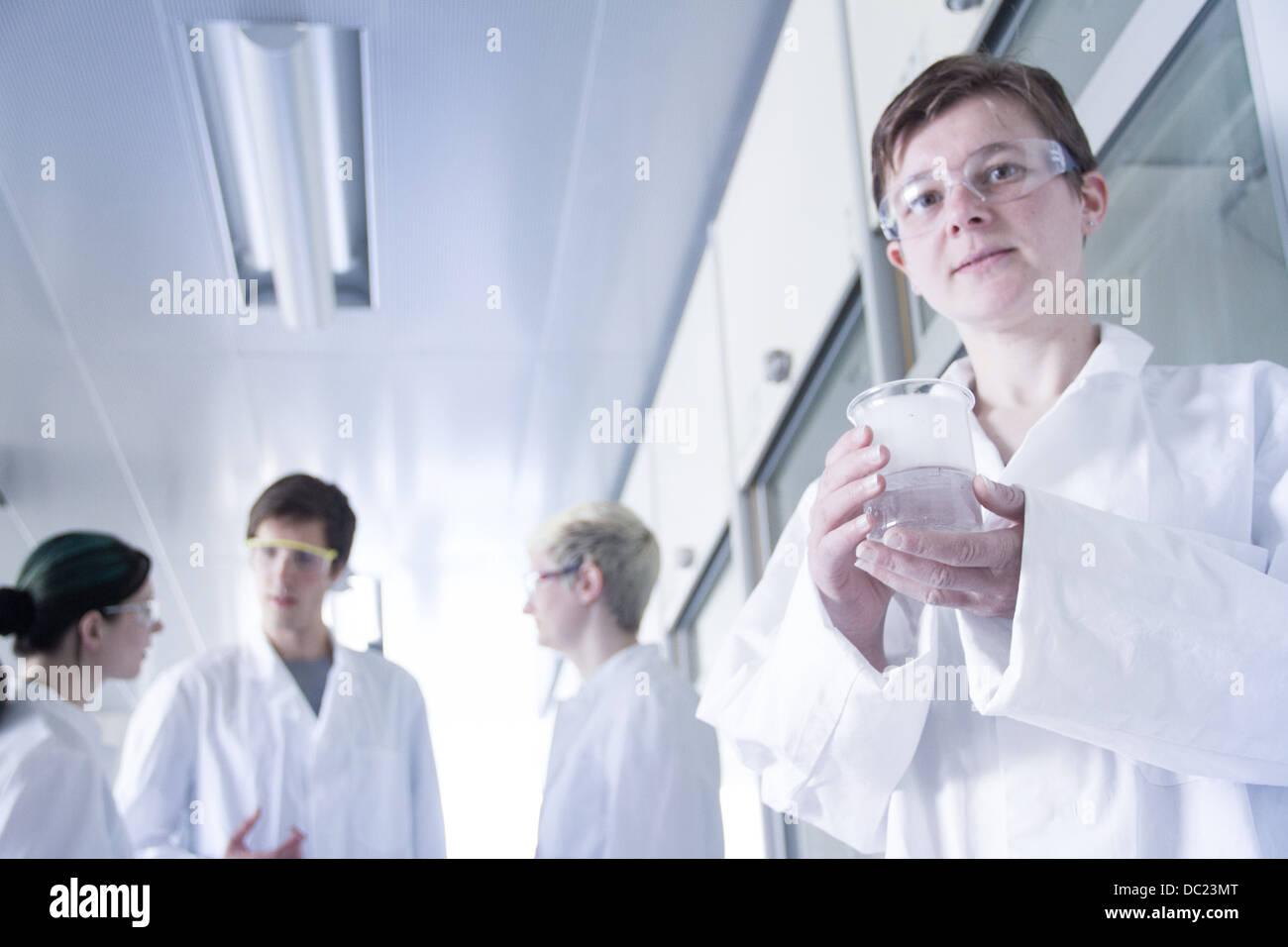 Chemie-Studenten mit Becher in Labor, Porträt Stockfoto