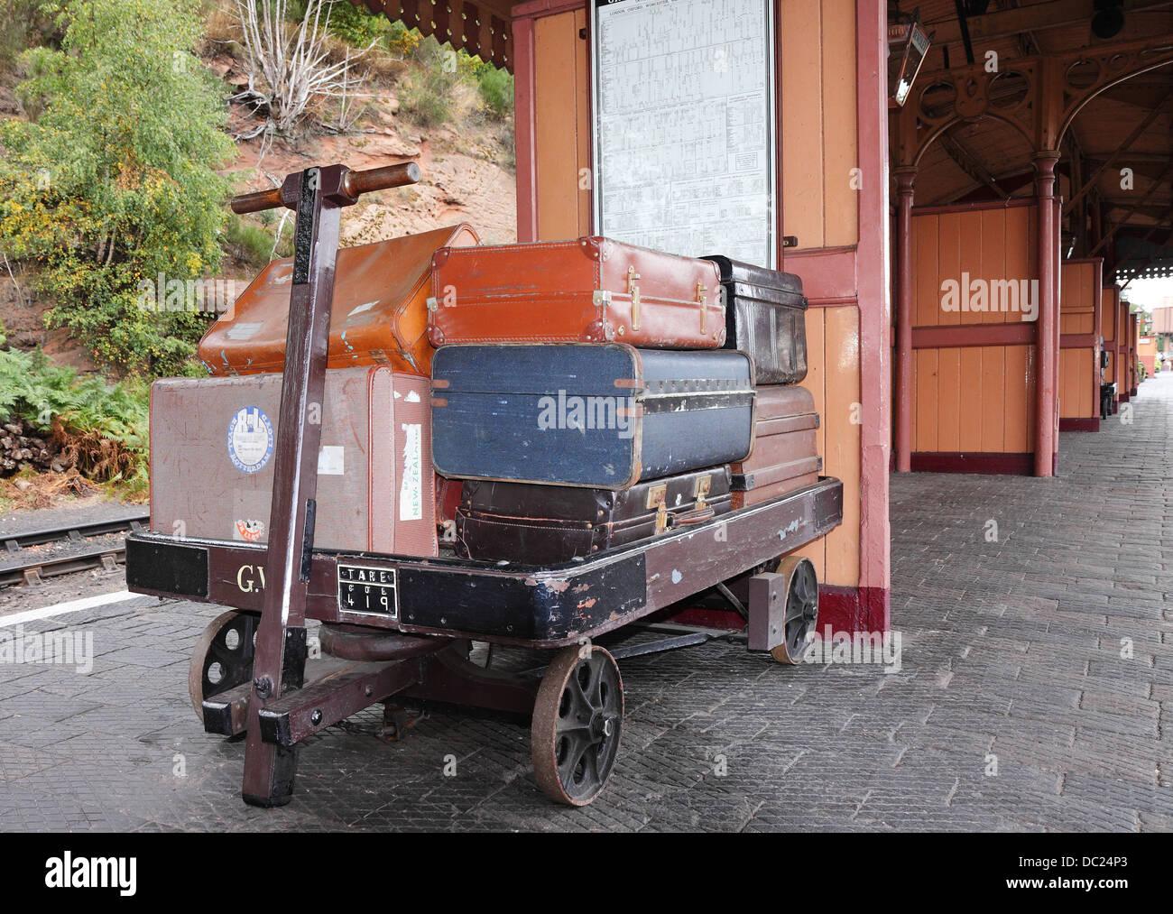 Wagen beladen mit Vintage Gepäck auf einem Bahnsteig Stockbild