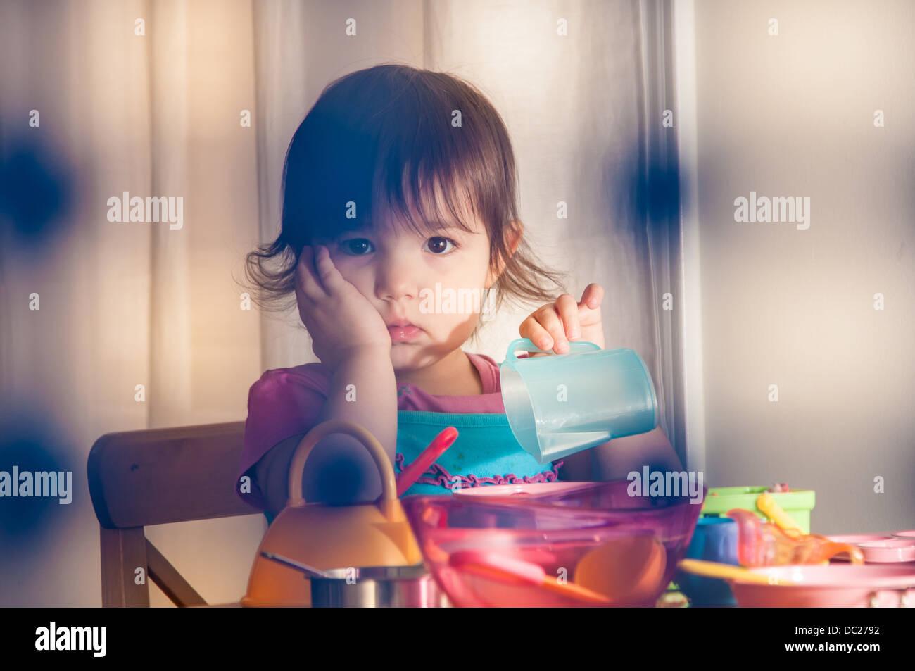 Trauriges Mädchen spielen mit Spielzeug Stockbild