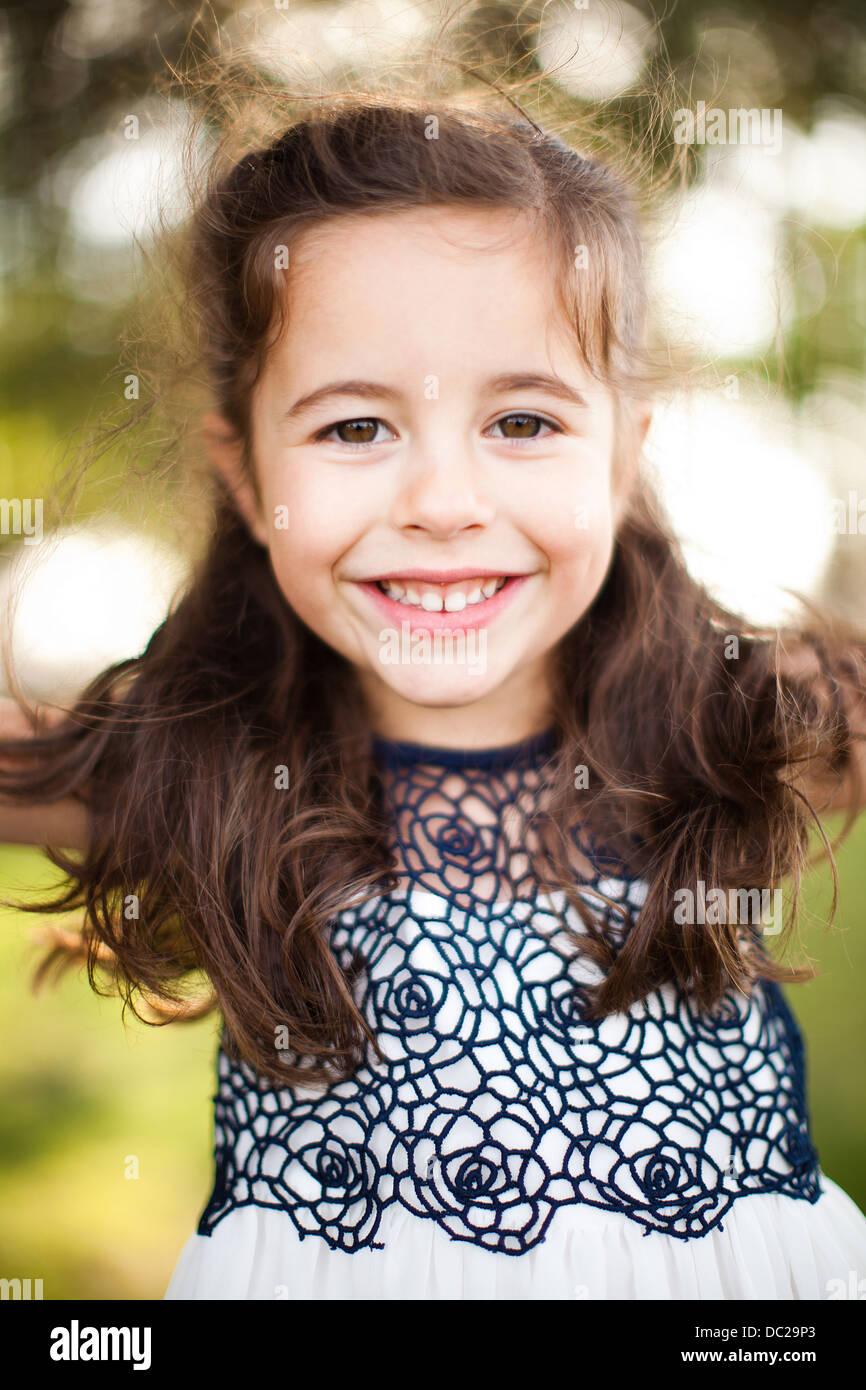 Porträt eines Mädchens mit langen braunen Haaren, Blick in die Kamera Stockbild