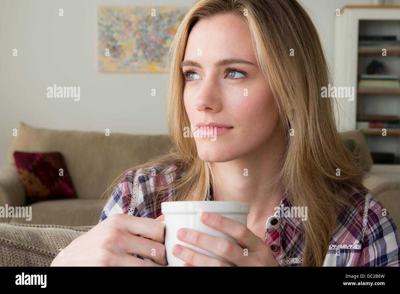 Frau mit Schale Tagträumen Stockbild