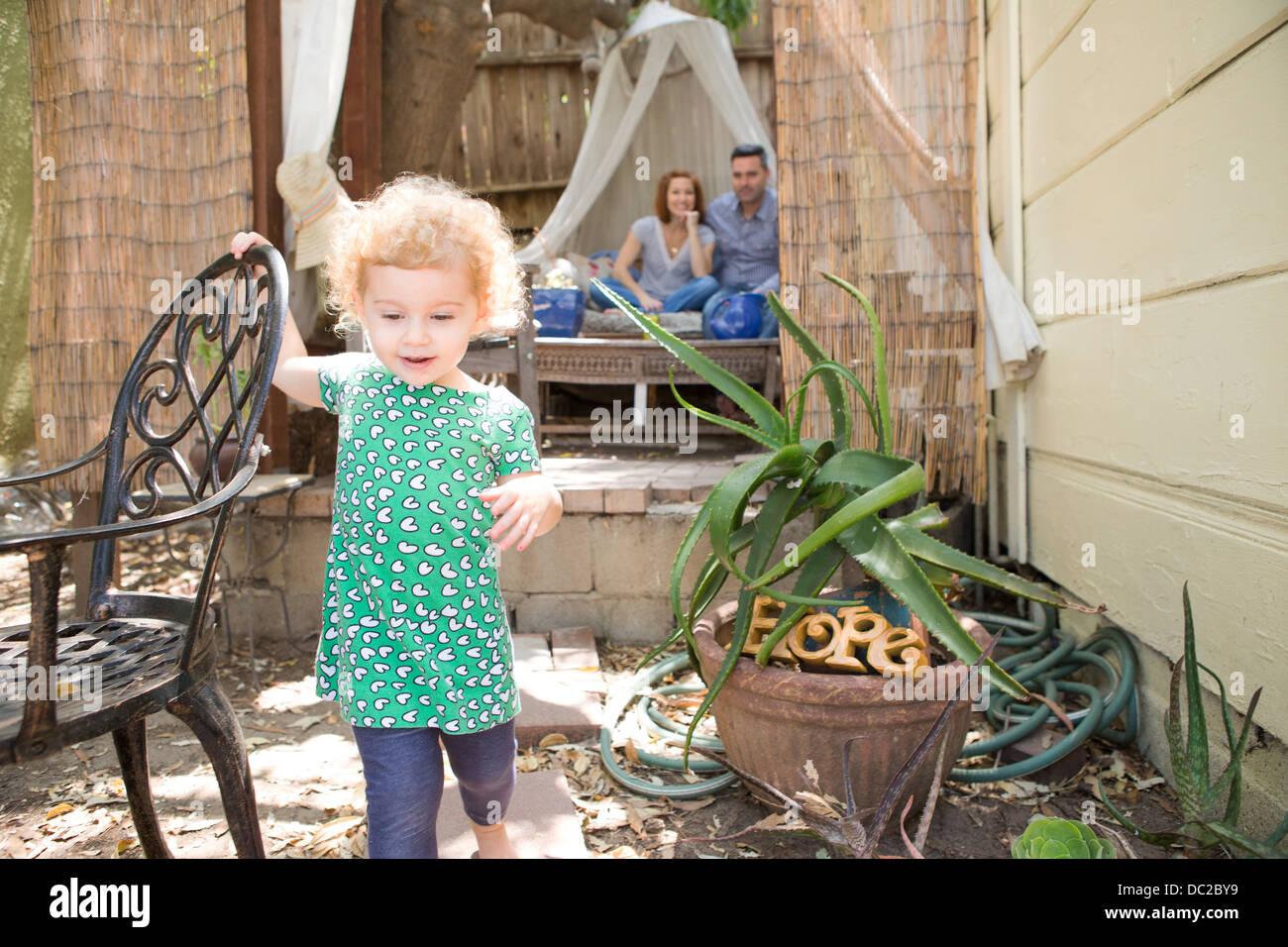 Kind zu Fuß entfernt von Eltern Stockbild