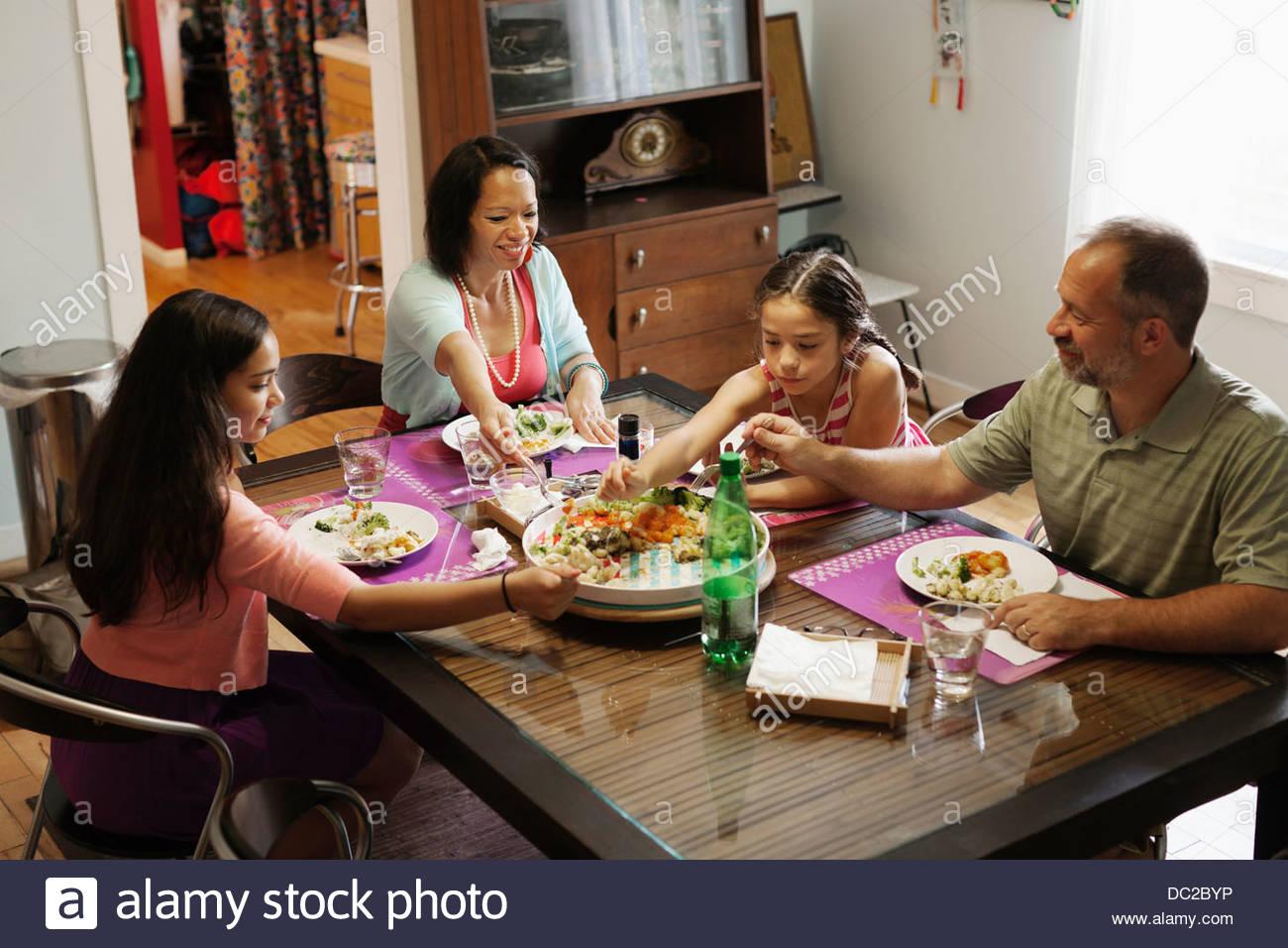 Familie mit einer Mahlzeit zusammen Stockbild