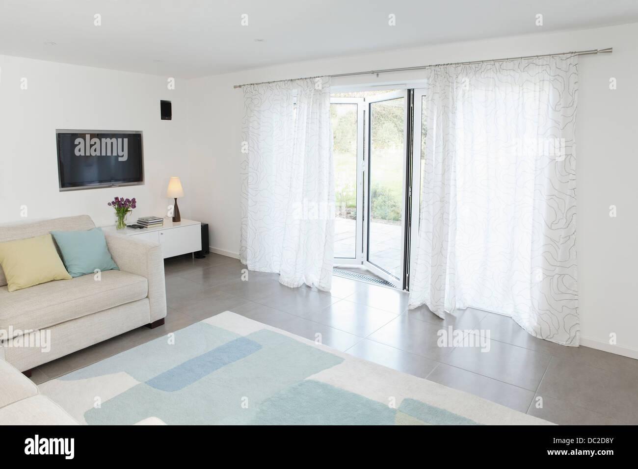 Wohnzimmer Mit Glastür Zum Garten Angelehnt Stockfoto Bild - Wohnzimmer glastür